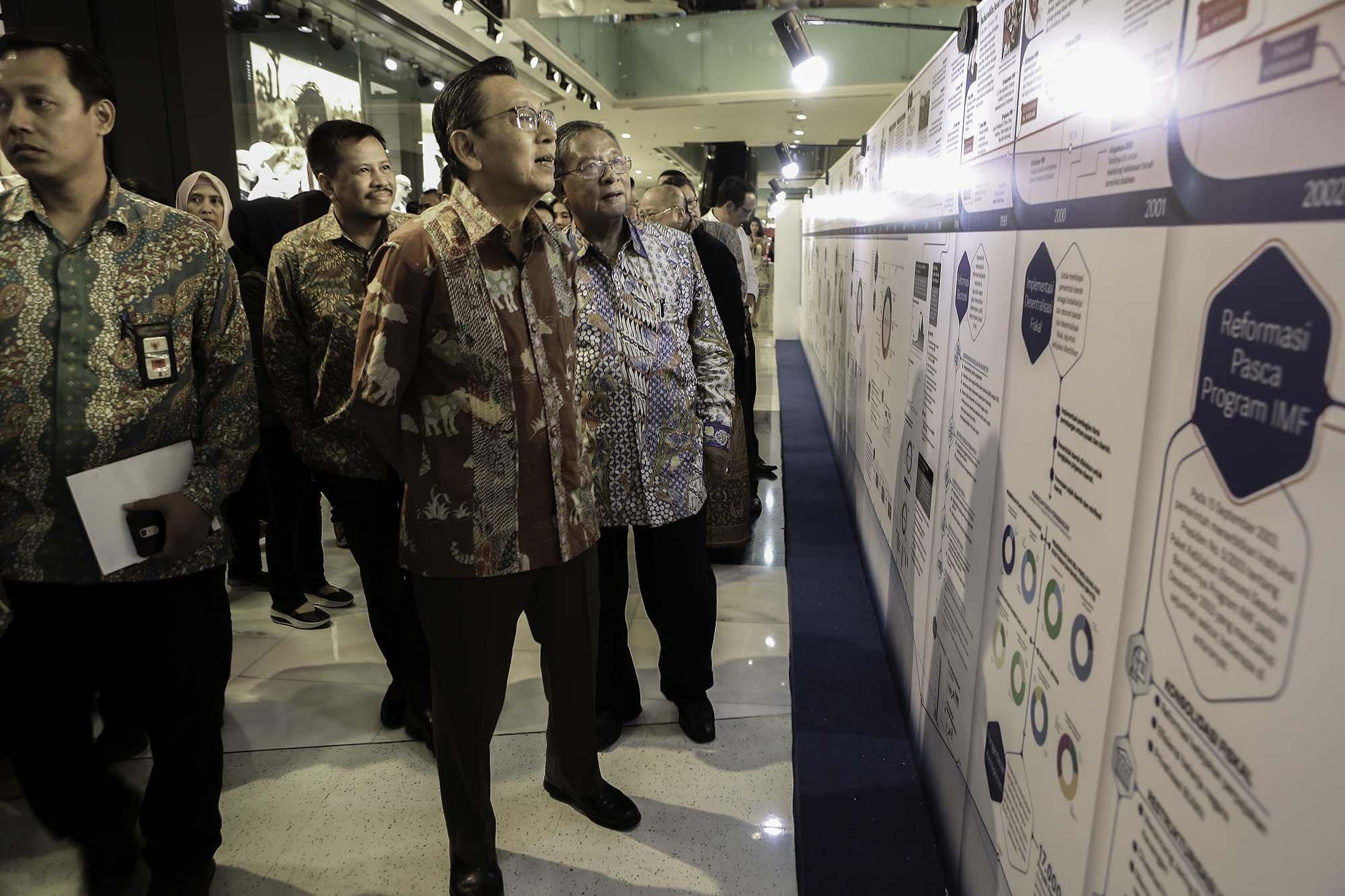 Boediono (Wakil Presiden RI 2009-2014) dan Menteri Koordinator Bidang Perekonomian Darmin Nasutionmenyaksikn pameran infografik raksasa \