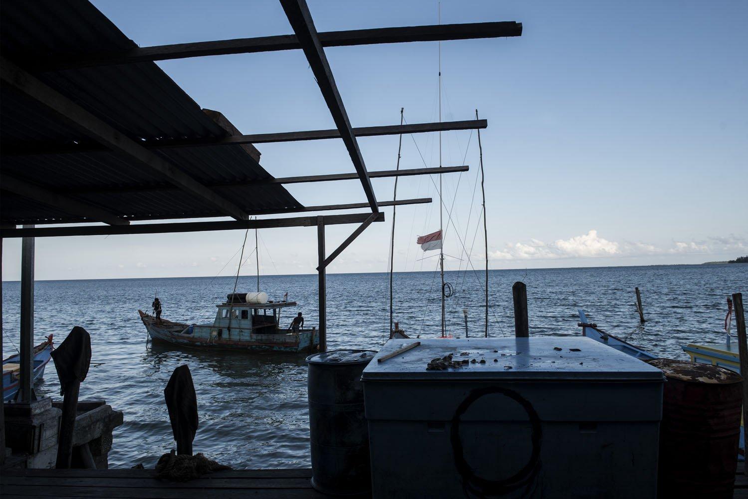 Nelayan melintas di dermaga kecil di Kabupaten Natuna, Kepulauan Riau, Sabtu (29/7).