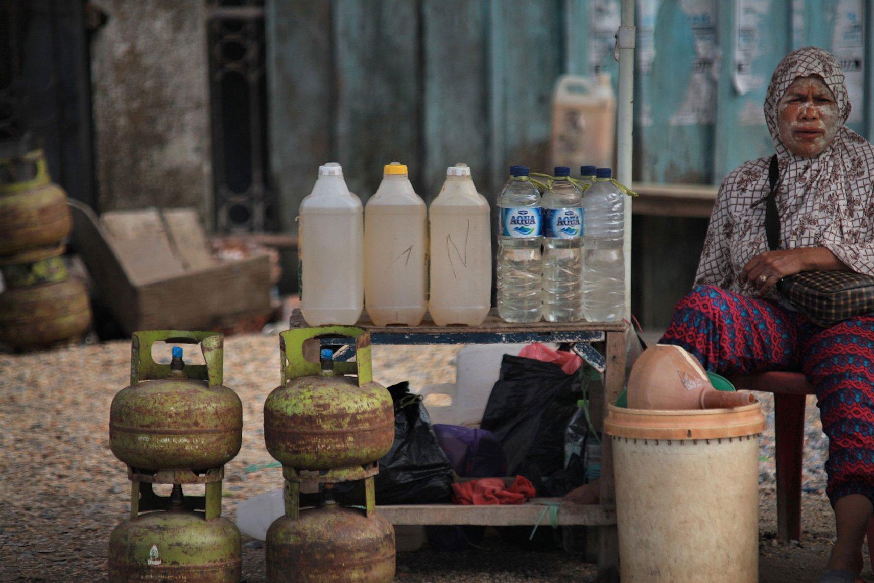 Penjual minyak tanah dan gas elpiji 3 kilogram menanti pembeli di jalan MT Haryono, Kendari, Sulawesi Tenggara, Senin (20/11). Bank Indonesia mengklaim bahwa program konversi dari minyak tanah ke elpiji 3 kg yang telah berjalan 10 tahun menghemat anggaran negara Rp 197 triliun.