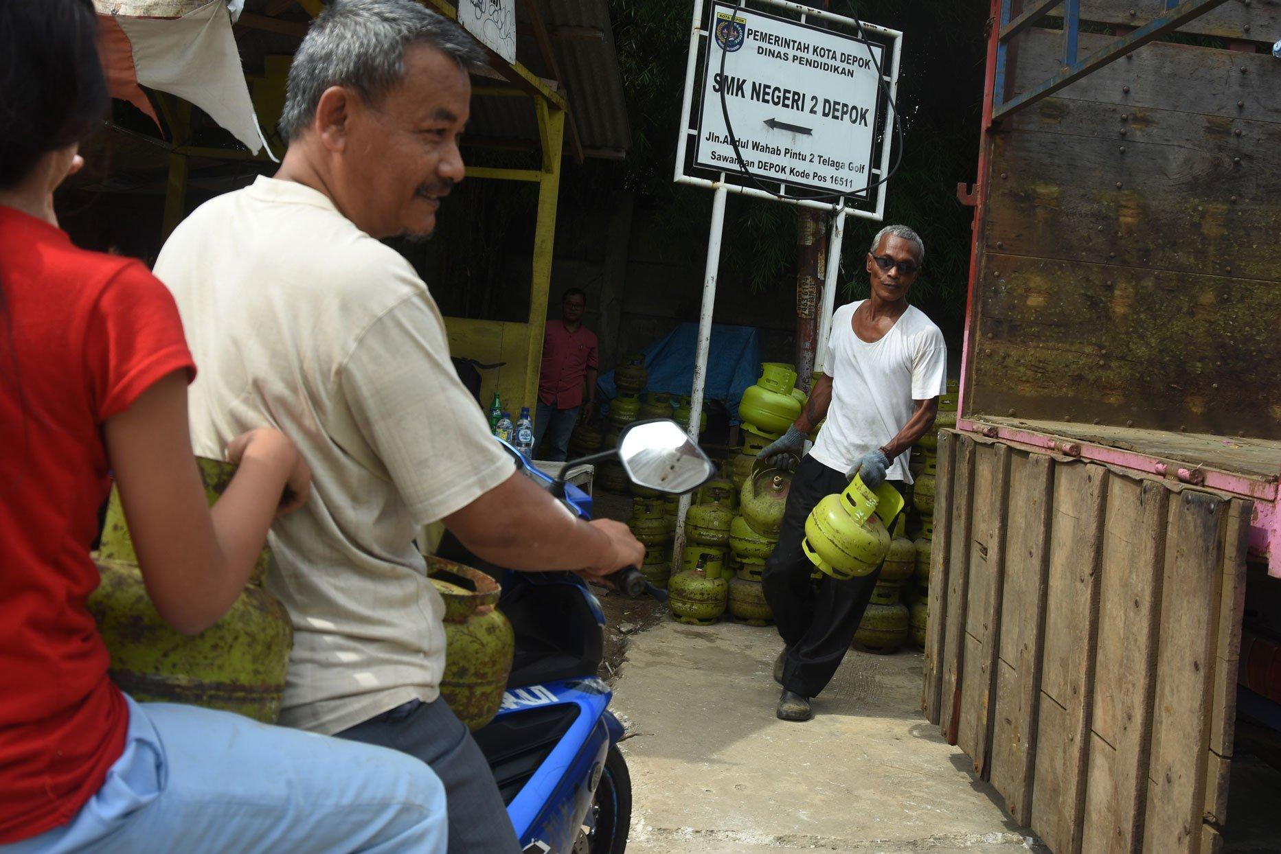 Warga Depok, Jawa Barat mengejar operasi pasar Selasa (5/12), untuk mendapatkan elpiji 3 kilogram sesuai Harga Eceran Tertinggi Rp 16.000.