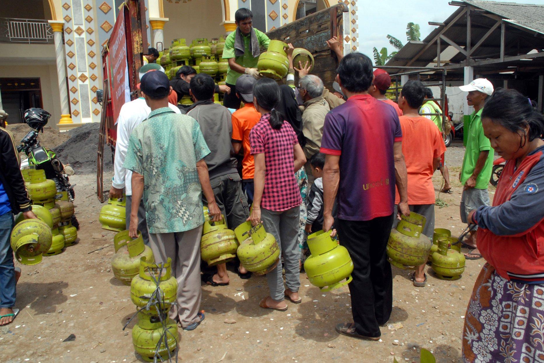 Terbatasnya pasokan, membuat warga Bogor terpaksa membayar harga Rp 25.000-Rp 50.000 untuk gas elpiji 3 kilogram bersubsidi. Lewat operasi pasar yang digelar pada Selasa (5/12), warga Sukahati, Cibinong, Kabupaten Bogor, Jawa Barat, dapat membeli elpiji dengan harga Rp 16.000.