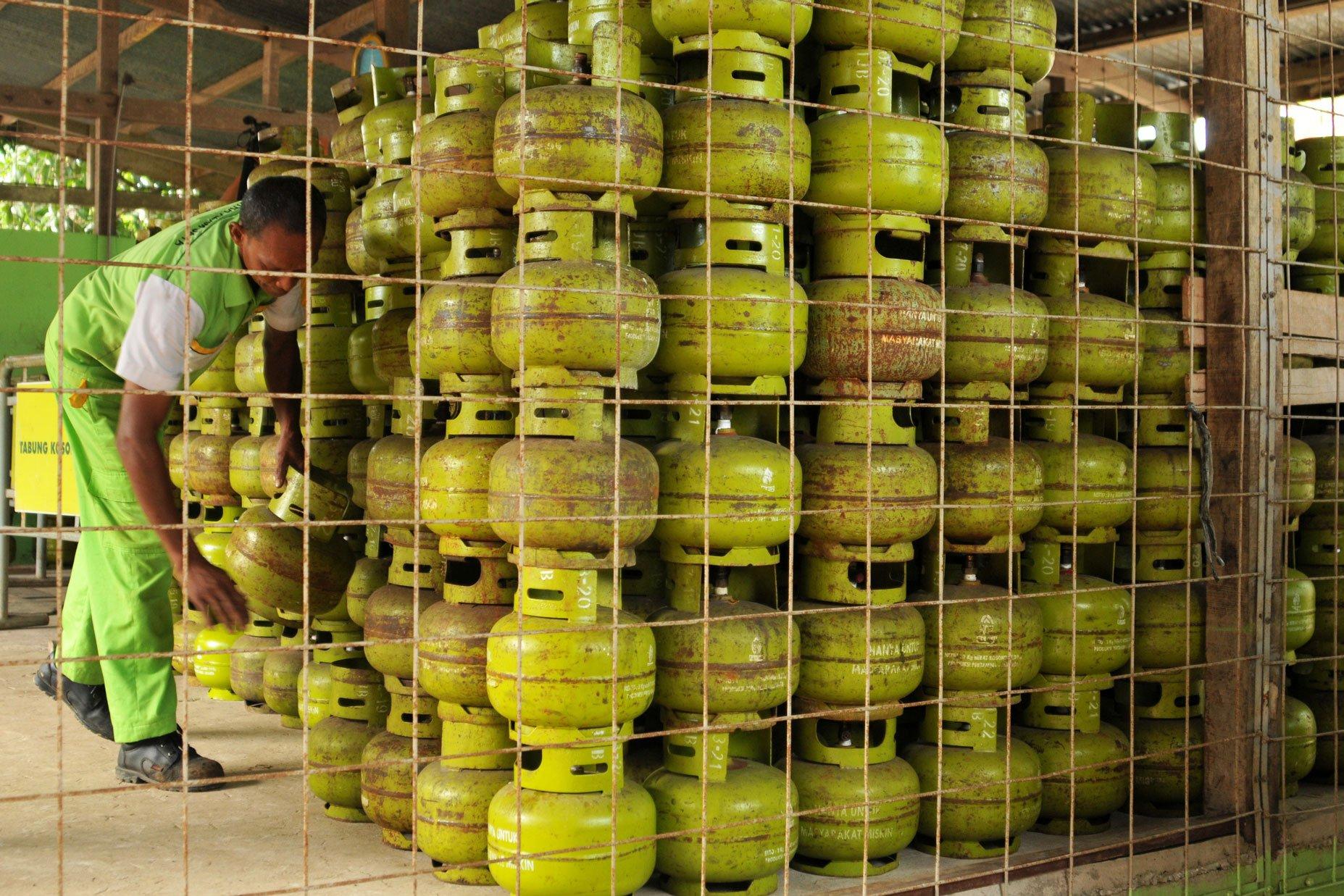 Elpiji 3 kilogram bersubsidi pun sulit didapatkan di Banda Aceh, Aceh. PT Pertamina Marketing Operasional Regional I Banda Aceh, menyatakan pihaknya menambah pasokan gas elpiji sekitar 6- 7% dari kebutuhan normal sebanyak 90.200 tabung per hari selama Desember.