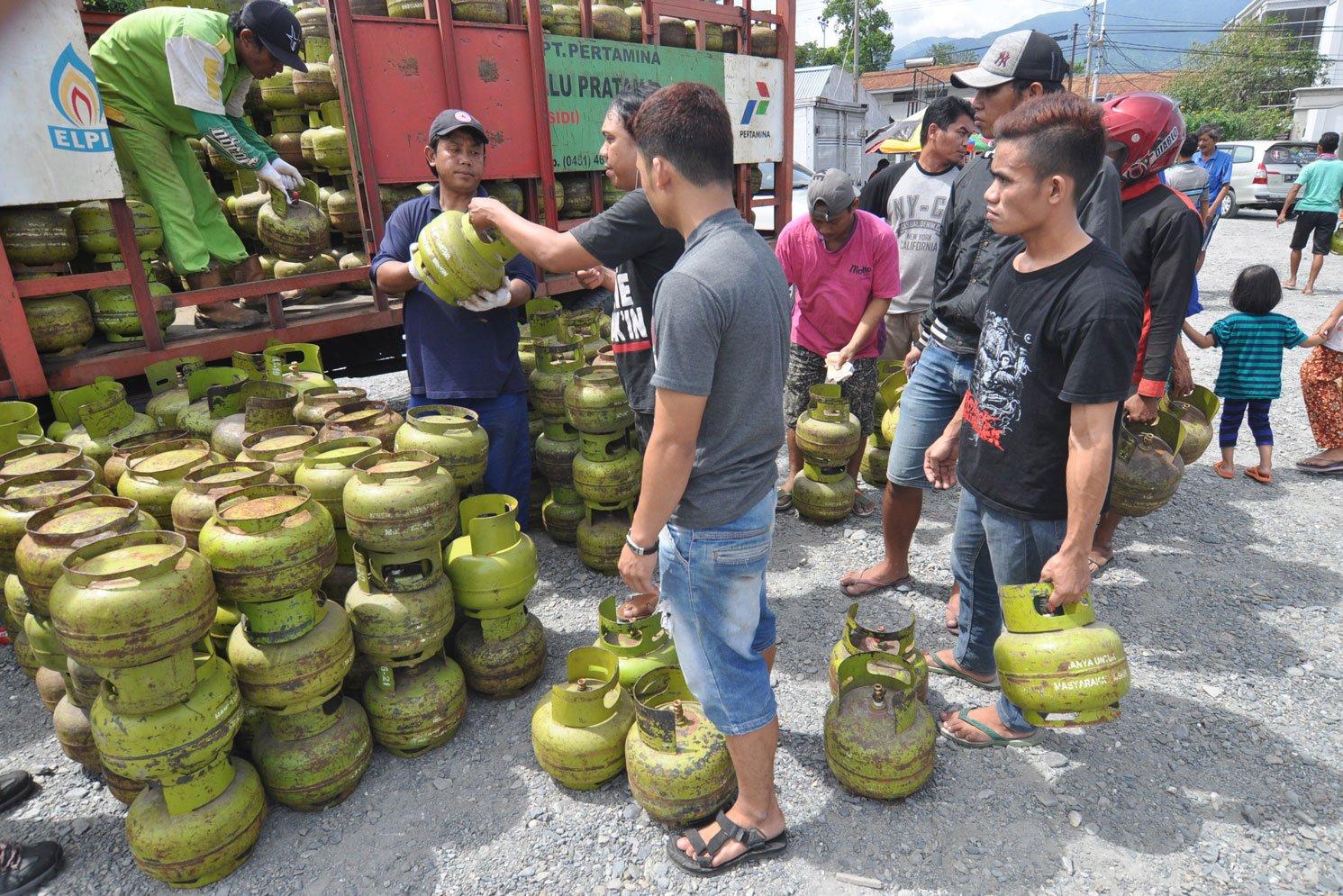 Masyarakat Palu, Sulawesi Tengah, memburu elpiji 3 kilogram dalam operasi pasar pada Selasa (5/12). Pertamina menyatakan persedian di wilayah Sulawesi Tengah selama Desember 2017 sekitar 1.297.520 tabung atau naik sekitar 11% dibanding Desember tahun lalu.
