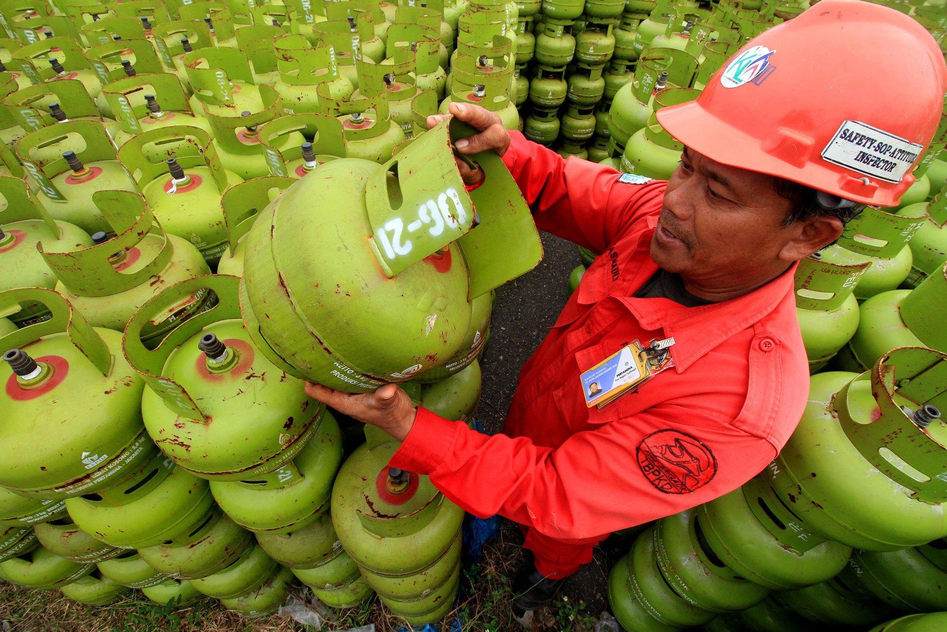 Pekerja memeriksa tabung usai pengisian ulang gas elpiji 3 kilogram di Stasiun Pengisian dan Pengangkutan Bulk Elpiji (SPPBE) Kuta Kandang, Lhokseumawe, Aceh, Kamis (23/11).
