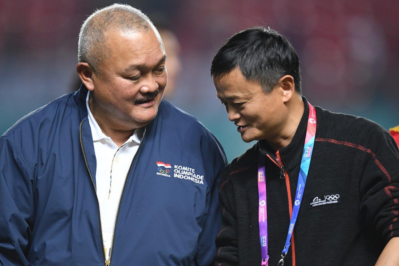 Gubernur Sumatera Selatan Alex Noerdin (kiri) berbincang dengan Executive Chairman Alibaba Group Jack Ma (kanan)di sela-sela acara pemberian medali kejuaraan sepak bola wanita Asian Games 2018 di Stadion Gelora Sriwijaya Jakabaring, Palembang, Sumatera Selatan, Jumat (31/8).