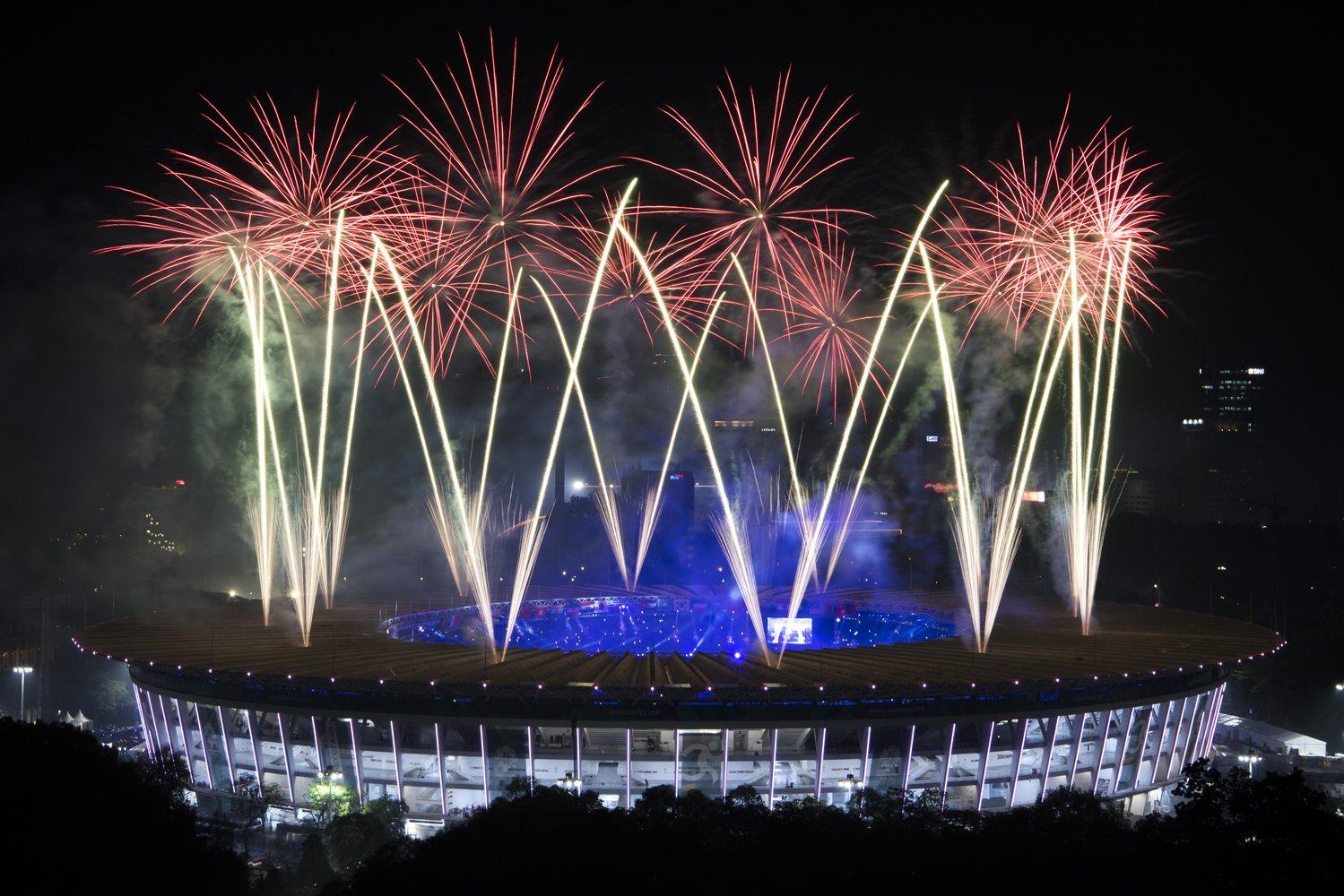 Pesta kembang api menyemarakkan Upacara Penutupan Asian Games ke-18 Tahun 2018 di Stadion Utama Gelora Bung Karno, Senayan, Jakarta, Minggu (2/9).
