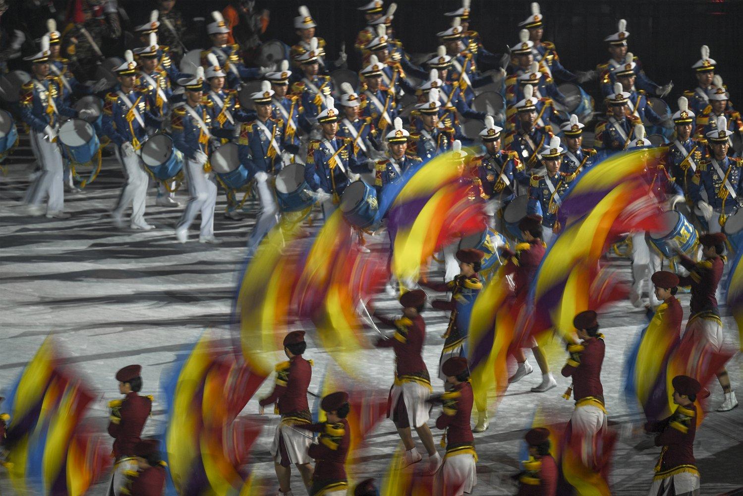 Marching band dari Akademi TNI dan Polri tampil dalam Upacara Penutupan Asian Games ke 18 tahun 2018 di Stadion Utama Gelora Bung Karno, Senayan, Jakarta, Minggu (2/9). \n\n\n \n