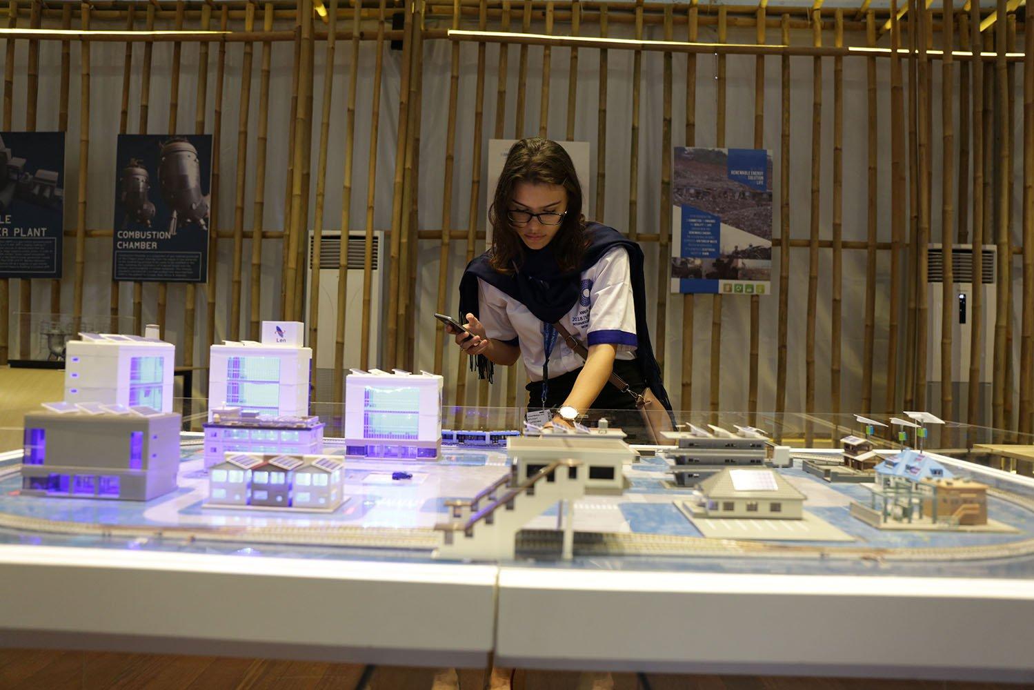 Seorang wanita asing sedang melihat produk pameran yang di suguhkan oleh Indonesia Pavvilion, (9/10).