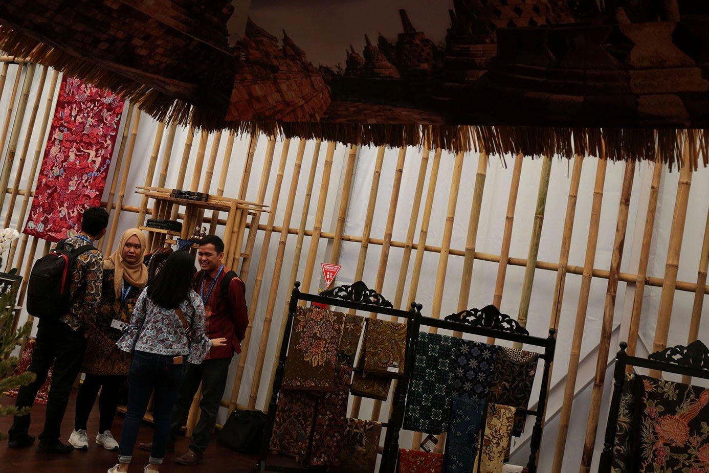 Sejumlah pengunjung bercengkrama di dalam gedung Indonesia Pavilion, Nusa Dua , Bali (12/10). Direktur IMF Chrsitine Lagarde, puji perkembangan industri strategis, pariwisata hingga Fintech Indonesia.
