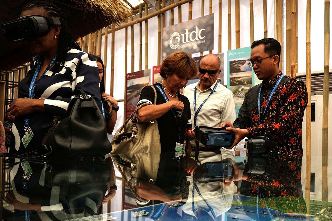 Sejumlah pengunjung menikmati fasilitas VR di Indonesia Paviliun 2018, Nusa Dua, Bali (12/10).