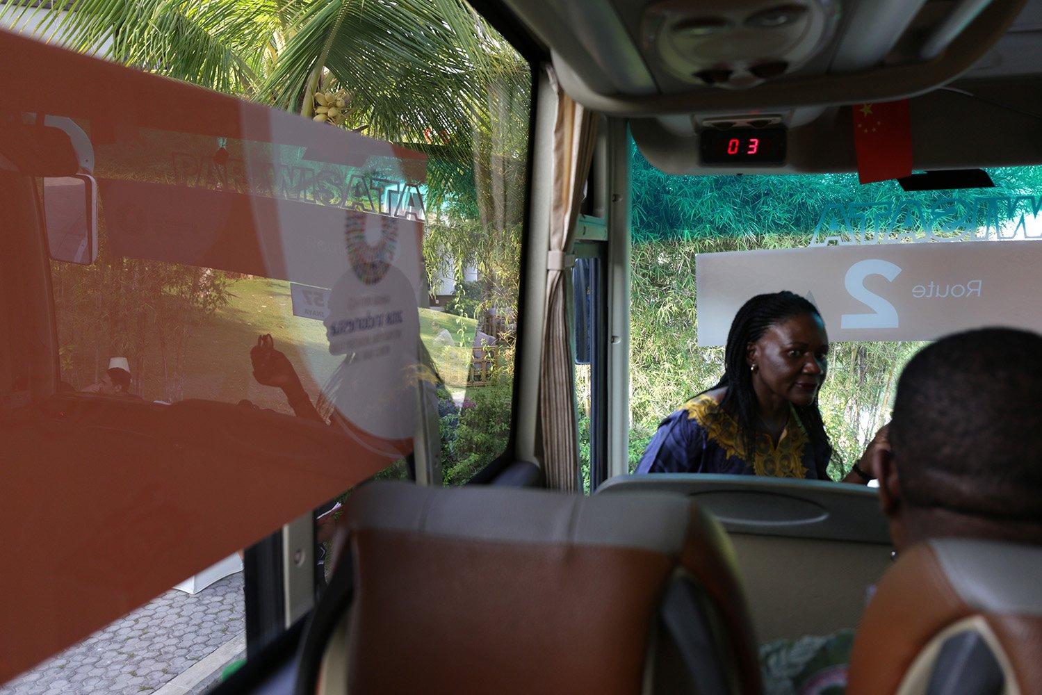 Partisipan delegasi AM IMF-WB 2018 memasuki shuttle bus di kawasan Nusa Dua, Bali (14/10). Shuttle bus efektif beroperasi seluruhnya sebagai salah satu moda transportasi selama dikawasan Annual Meeting pada Senin 8 Oktober 2018 dengan berbagai rute.
