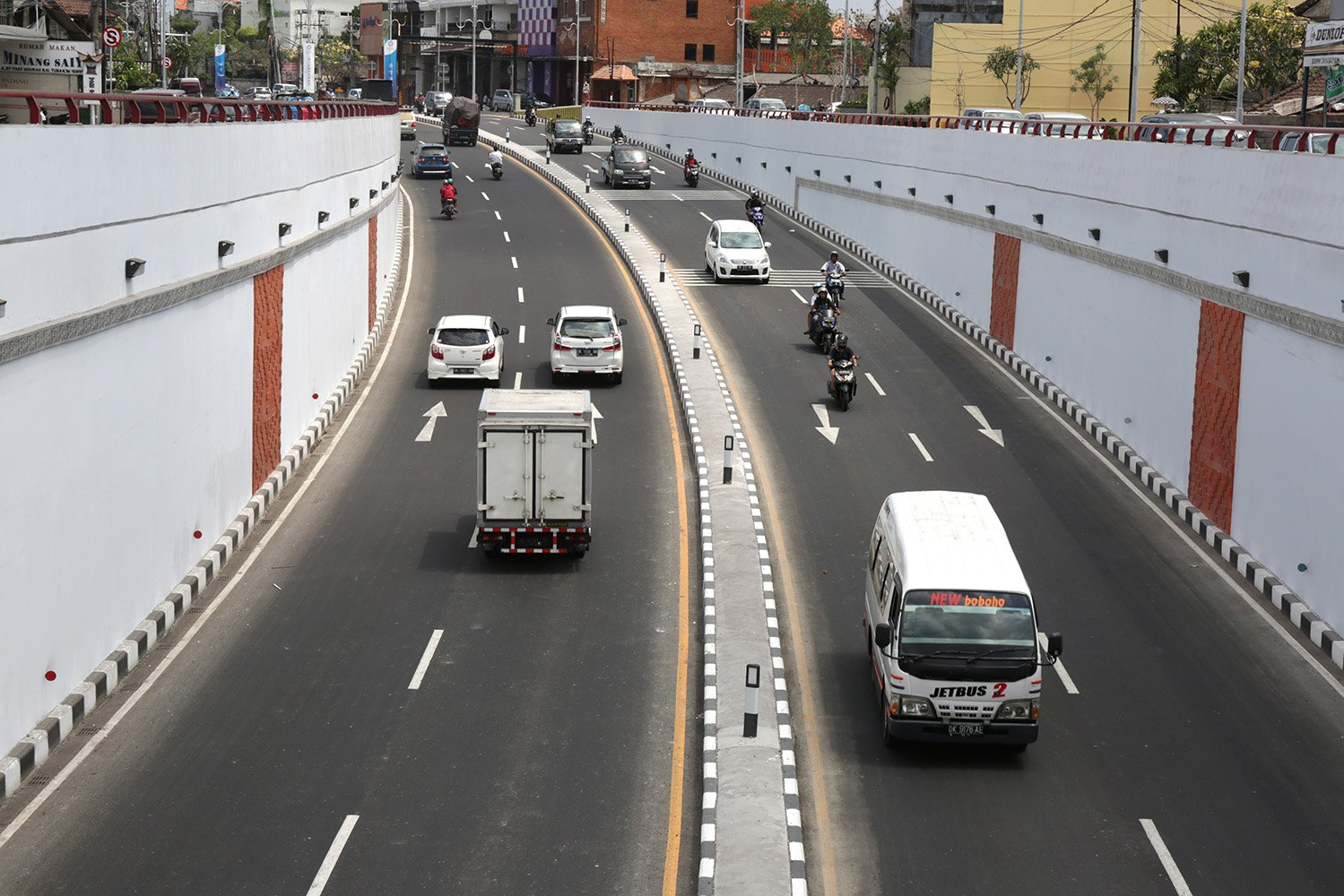 Suasana underpass Simpang Tugu Ngurah Rai Bali (14/10). Underpass tersebut dibangun untuk memperlancar lalu lintas khususnya menyambut perhelatan akbar pertemuan tahunan Dana Moneter Internasional (IMF) dan Bank Dunia, 8-14 Oktover 2018.