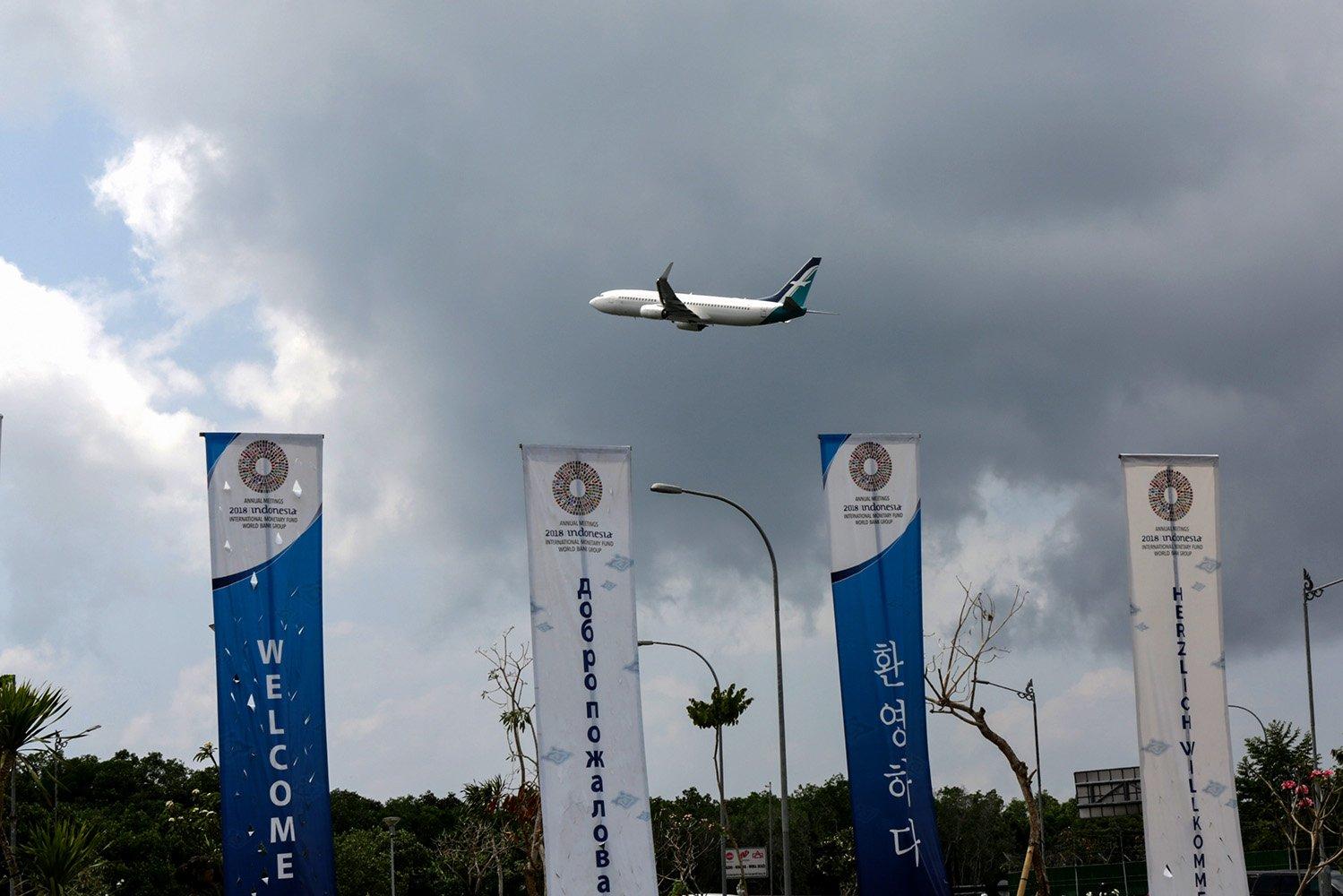 Sebuah pesawat melintas dari Bandara Ngurah Rai, Bali (14/10). Salah satu operator penerbangan PT Garuda Indonesia Tbk menambah kapasitas kursi dari dan ke Bali. Hal itu untuk mendukung pelaksanaan acara forum perekonomian terbesar di dunia, International Monetary Fund (IMF) - World Bank Group Annual Meetings 2018 di Bali pada 12 – 14 Oktober 2018.