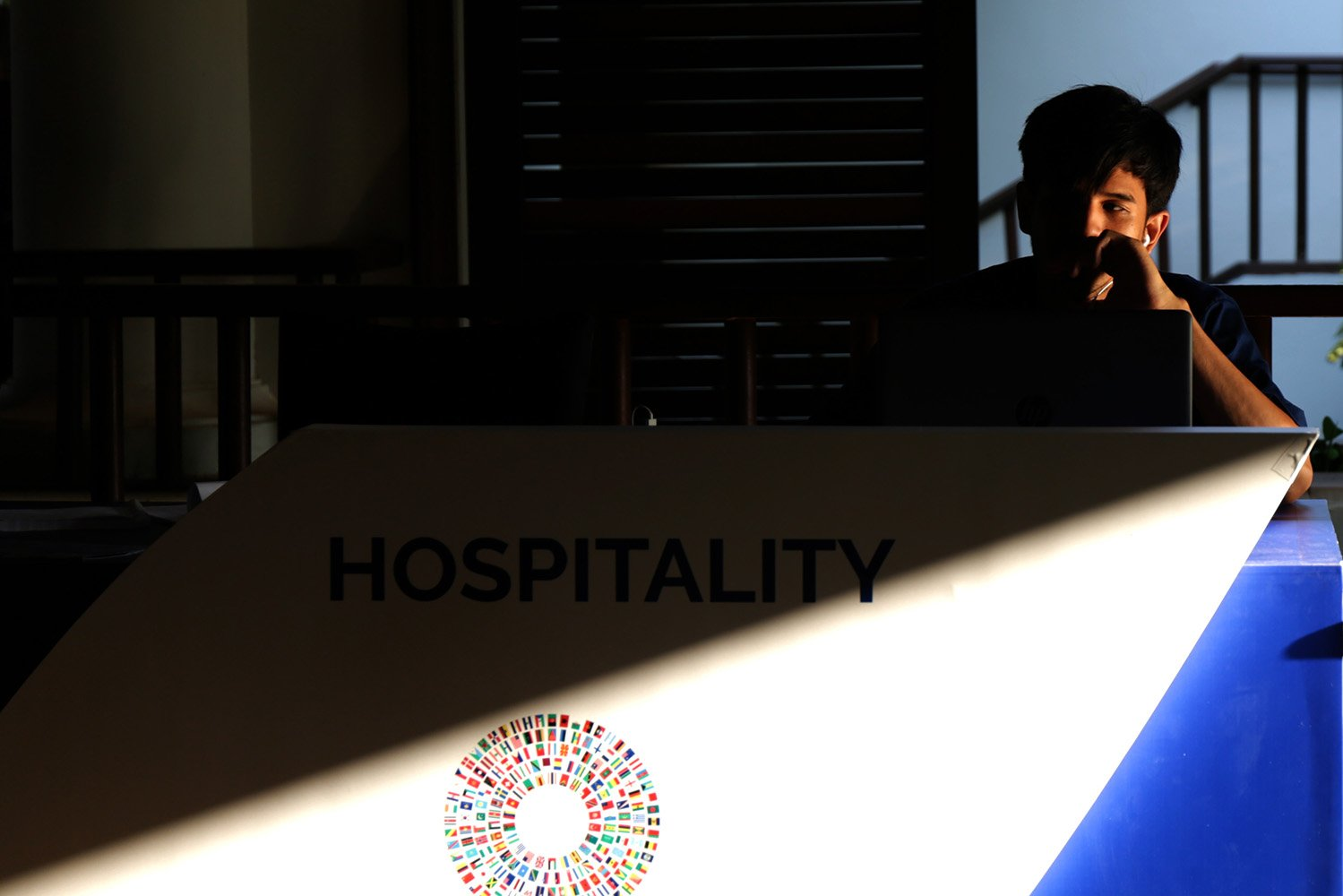Seorang laki laki sedang menanti peserta AM IMF-WB di Booth Hospitality (14/10).