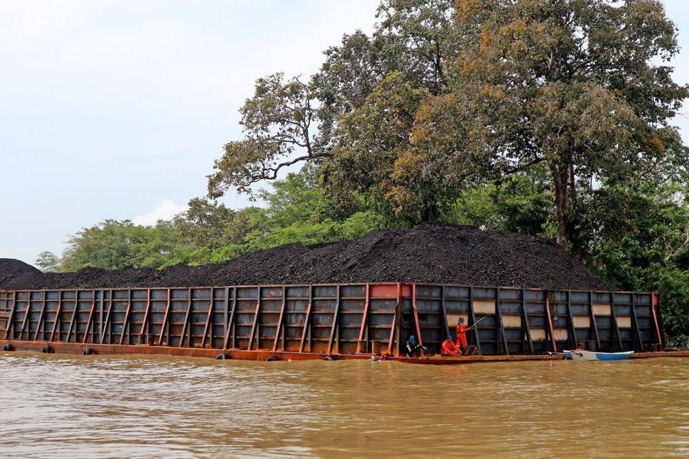 ponton berisi tumpukan batu bara