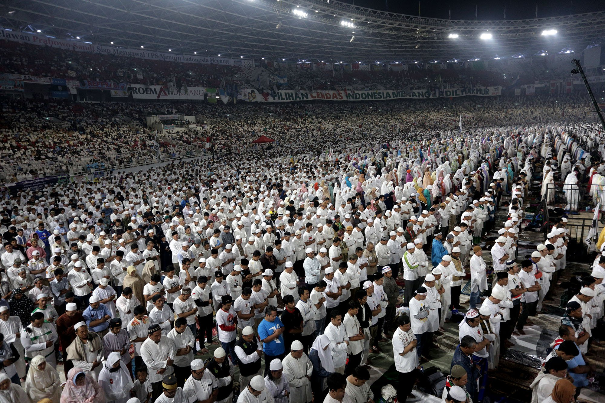 Suasana kampanye akbar oleh pasangan calon peresiden dan wakil presiden nomor urut dua yaitu Prabowo dan Sandiaga Uno di Gelora Bung Karno, Jakarta (7/4).