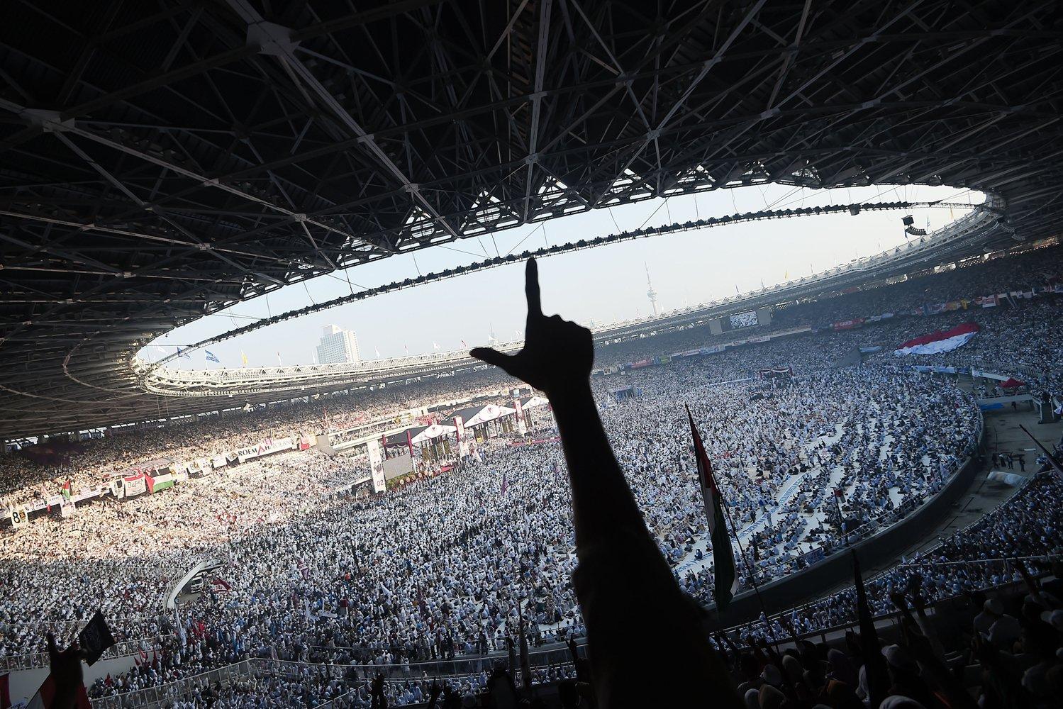 Sejumlah pendukung pasangan capres dan cawapres nomor urut 02, Prabowo Subianto dan Sandiaga Uno mengikuti kampanye akbar di Stadion Gelora Bung Karno, Senayan, Jakarta, Minggu (7/4/2019).