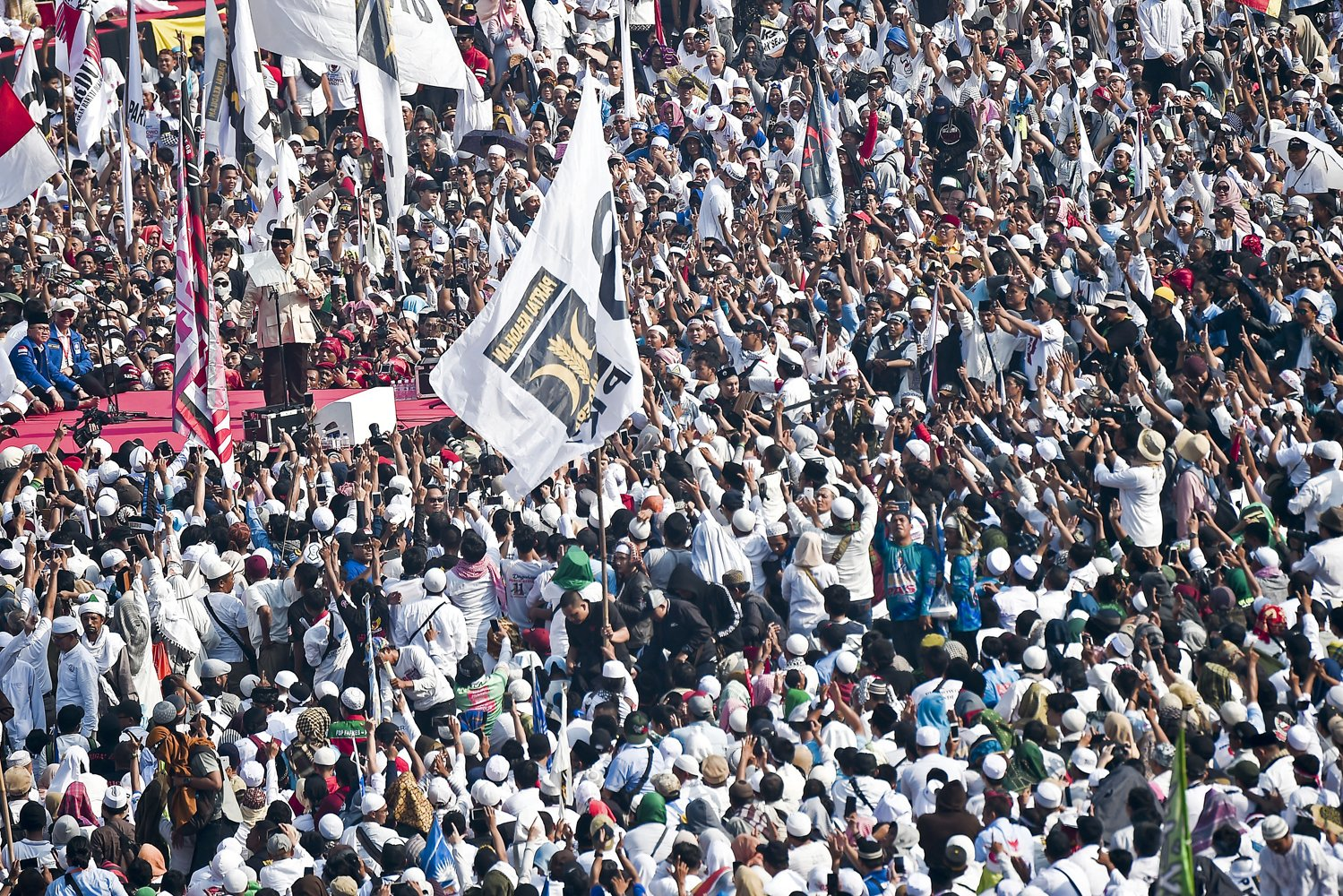 Capres nomor urut 02 Prabowo Subianto menyampaikan orasi politik saat kampanye akbar di Stadion Gelora Bung Karno, Senayan, Jakarta, Minggu (7/4/2019).