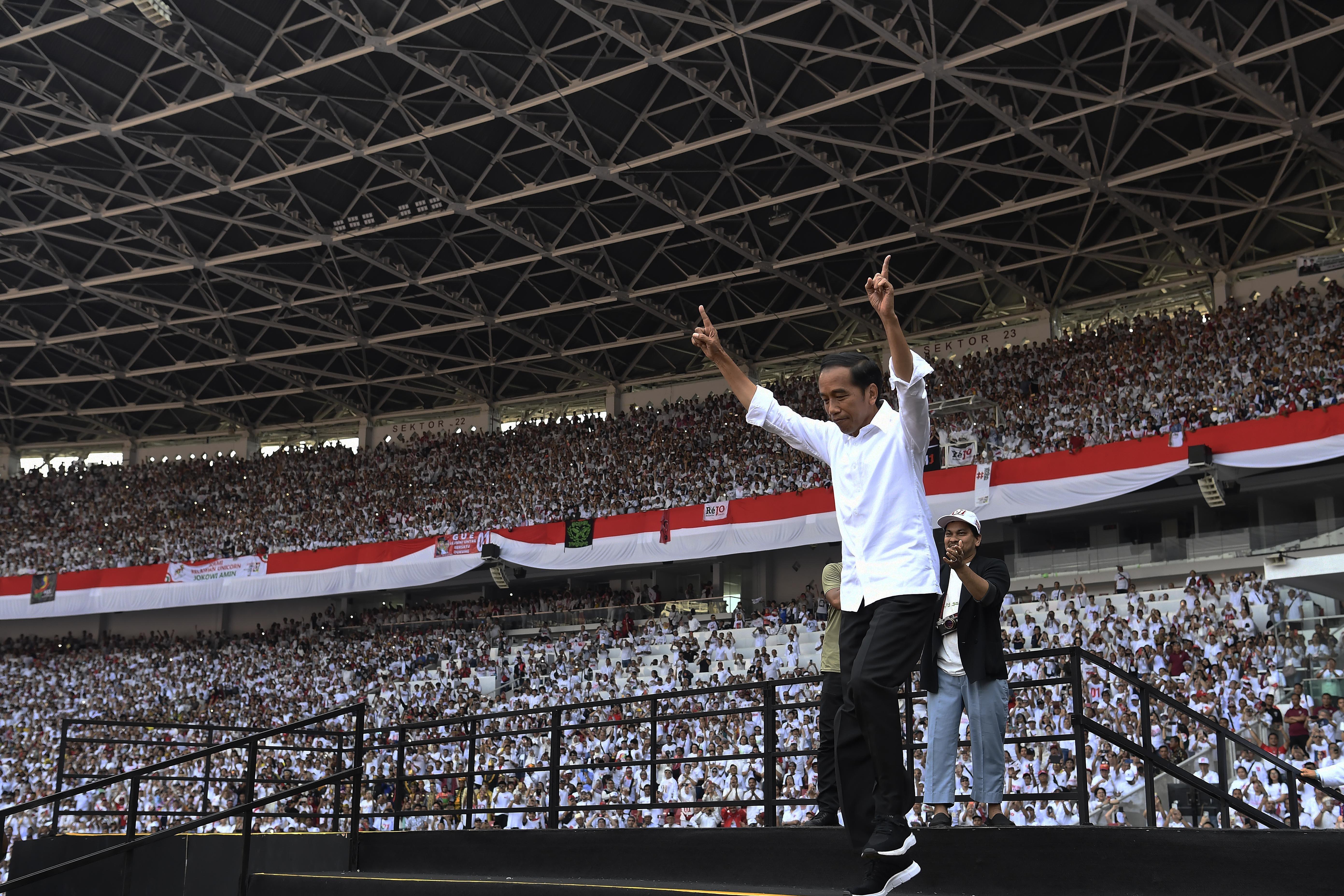 Calon Presiden nomor urut 01 Joko Widodo berlari menuju panggung saat Konser Putih Bersatu di Stadion Utama GBK, Jakarta, Sabtu (13/4/2019). Konser Putih Bersatu menjadi puncak kampanye akbar pasangan capres dan cawapres nomor urut 01, Joko Widodo-Maruf Amin sebelum memasuki masa tenang dan hari pemungutan suara (Pemilu) serentak pada Rabu, 17 April 2019 mendatang.