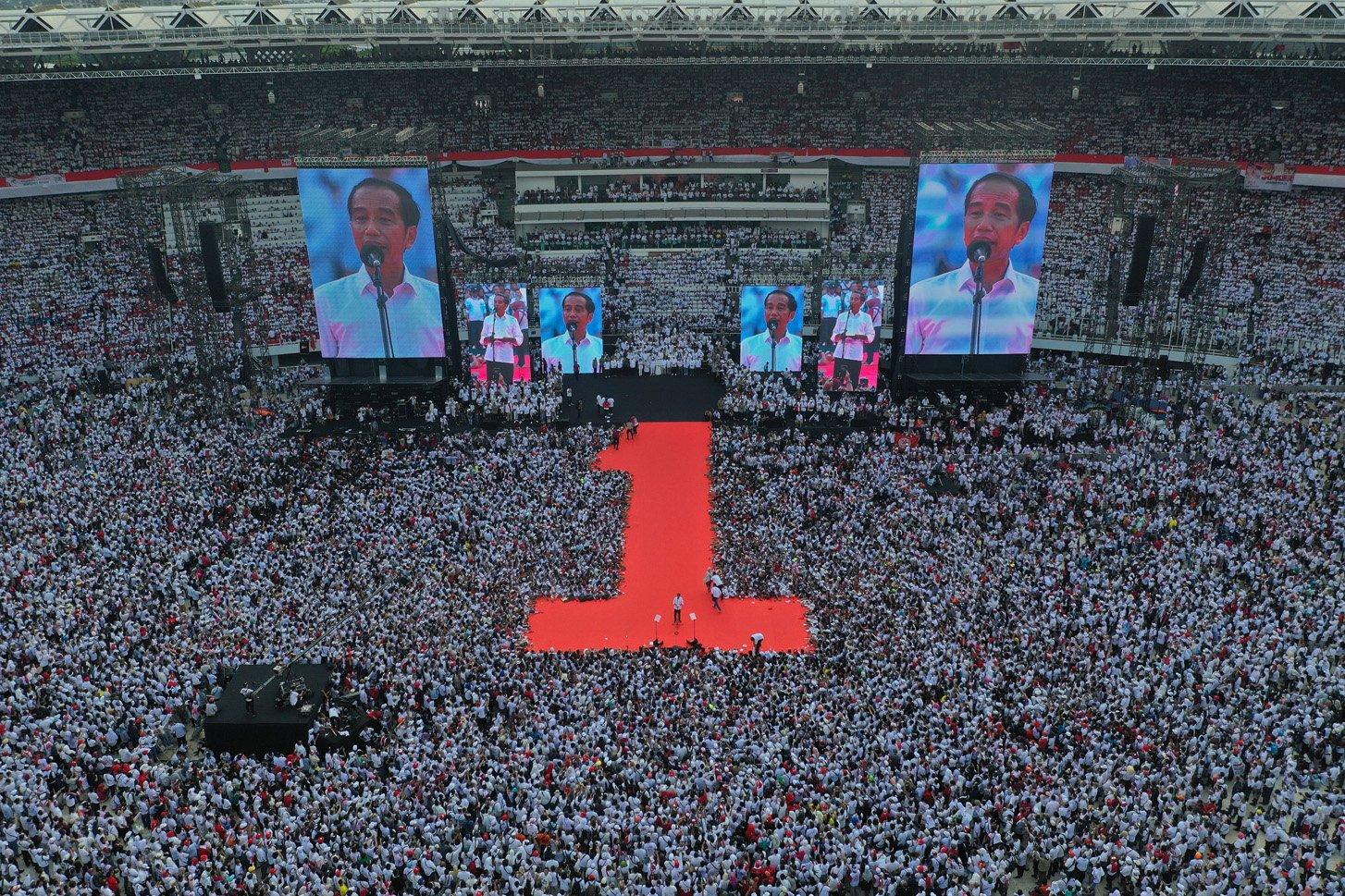 Calon Presiden nomor urut 01 Joko Widodo (tengah) berpidato saat Konser Putih Bersatu di Stadion Utama GBK, Jakarta, Sabtu (13/4/2019). Konser itu merupakan kampanye akbar untuk memenangkan pasangan Jokowi-Ma\'ruf Amin.