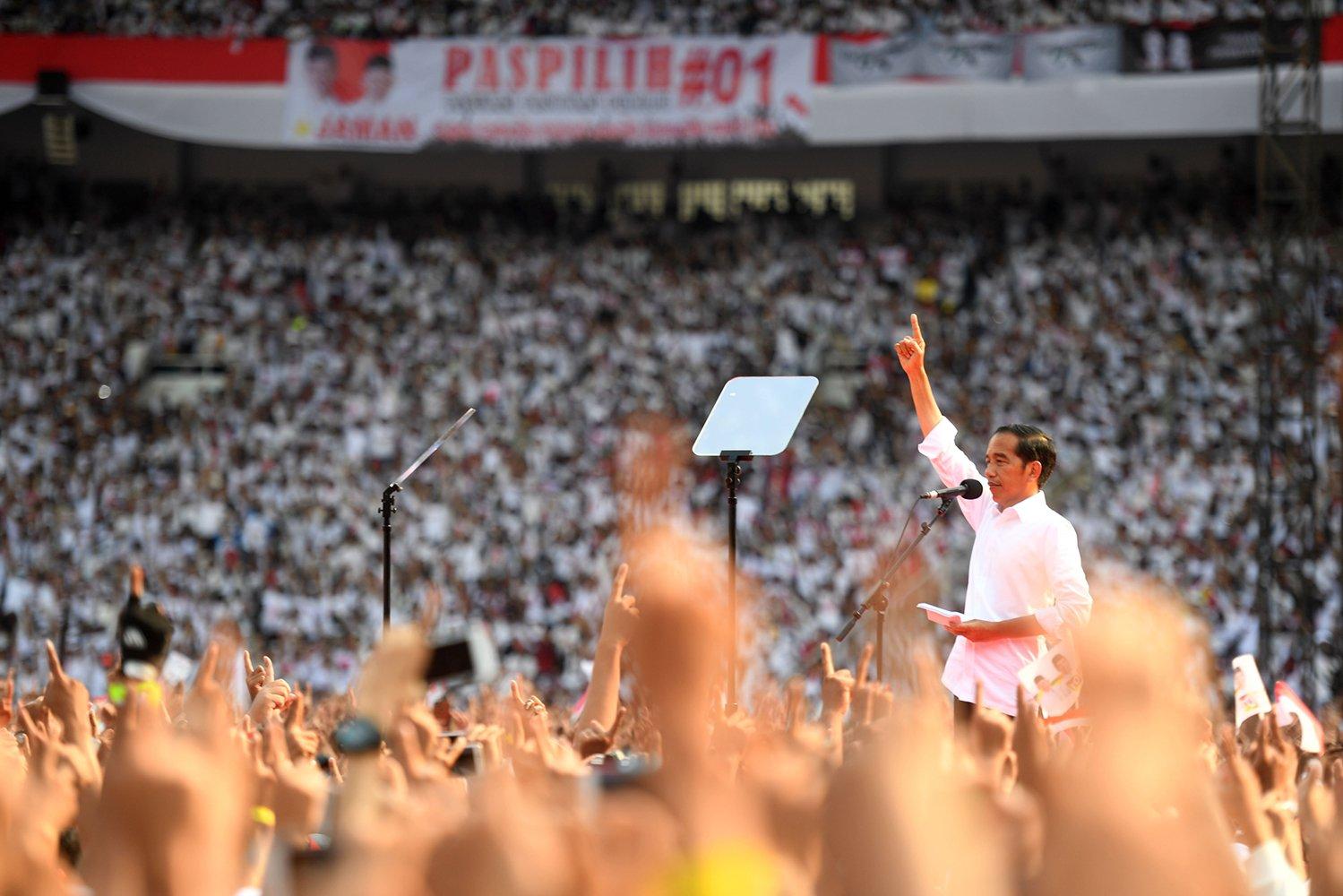 Calon Presiden nomor urut 01 Joko Widodo berpidato saat Konser Putih Bersatu di Stadion Utama GBK, Jakarta, Sabtu (13/4/2019). Konser itu merupakan kampanye akbar untuk memenangkan pasangan Jokowi-Ma\'ruf Amin.