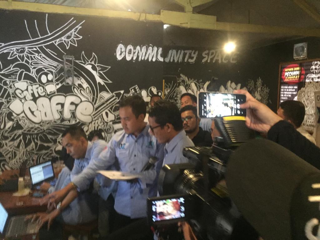 Sandiaga Uno saat mengunjungi relawan Ruang Sandi di Tangerang, Rabu (24/4).
