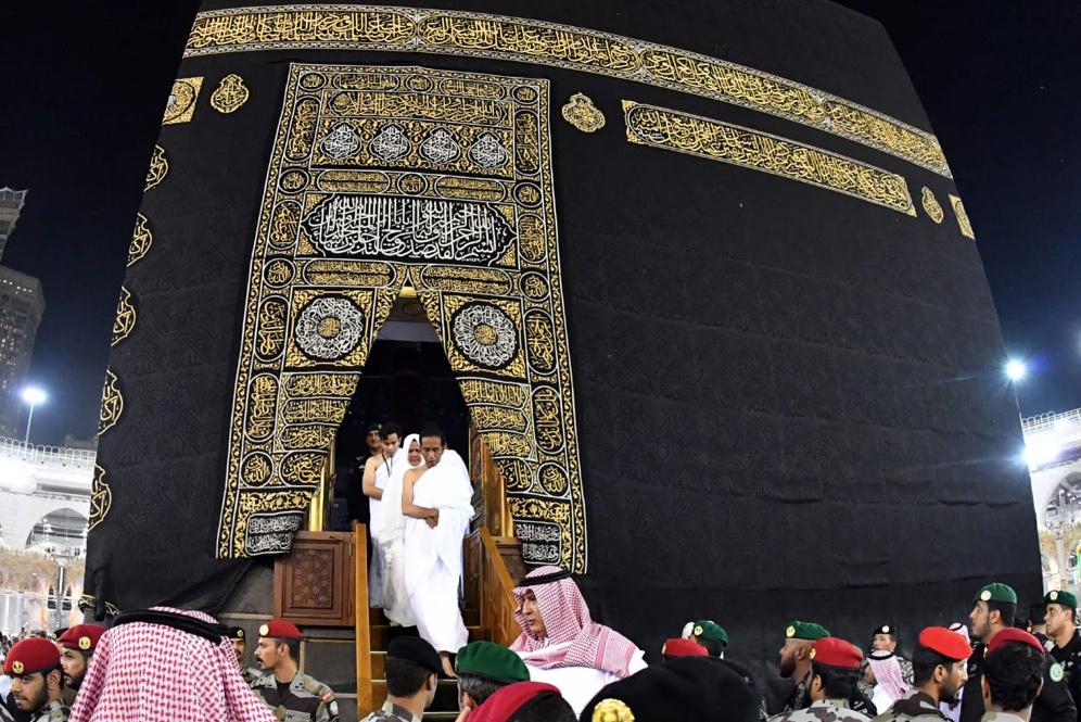 Presiden Joko Widodo keluar dari ka'bah ketika ibadah umrah di Masjidil Haram, Makkah, Arab Saudi, Senin (15/4/2019).