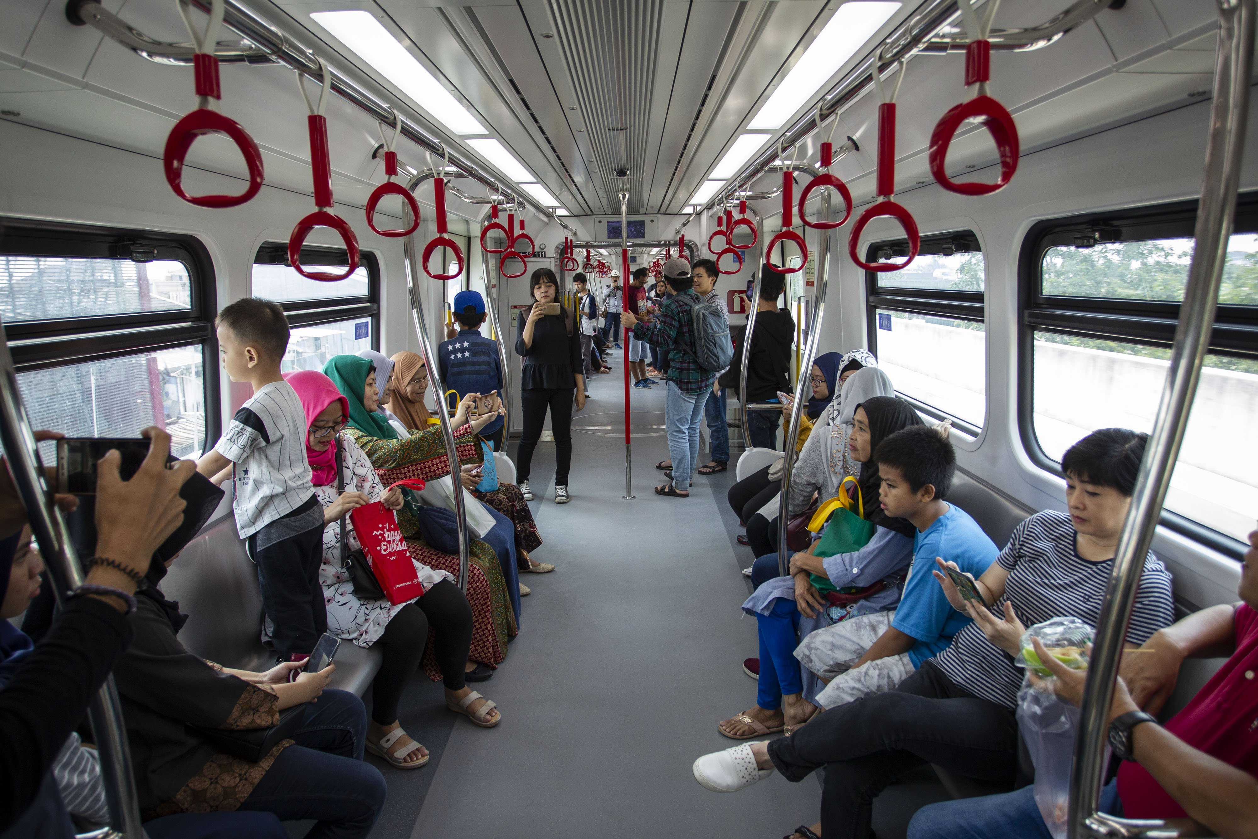 Warga Jakarta berada di dalam kereta Light Rail Transit (LRT) saat uji publik di kawasan Kelapa Gading, Jakarta, Selasa (11/6/2019).