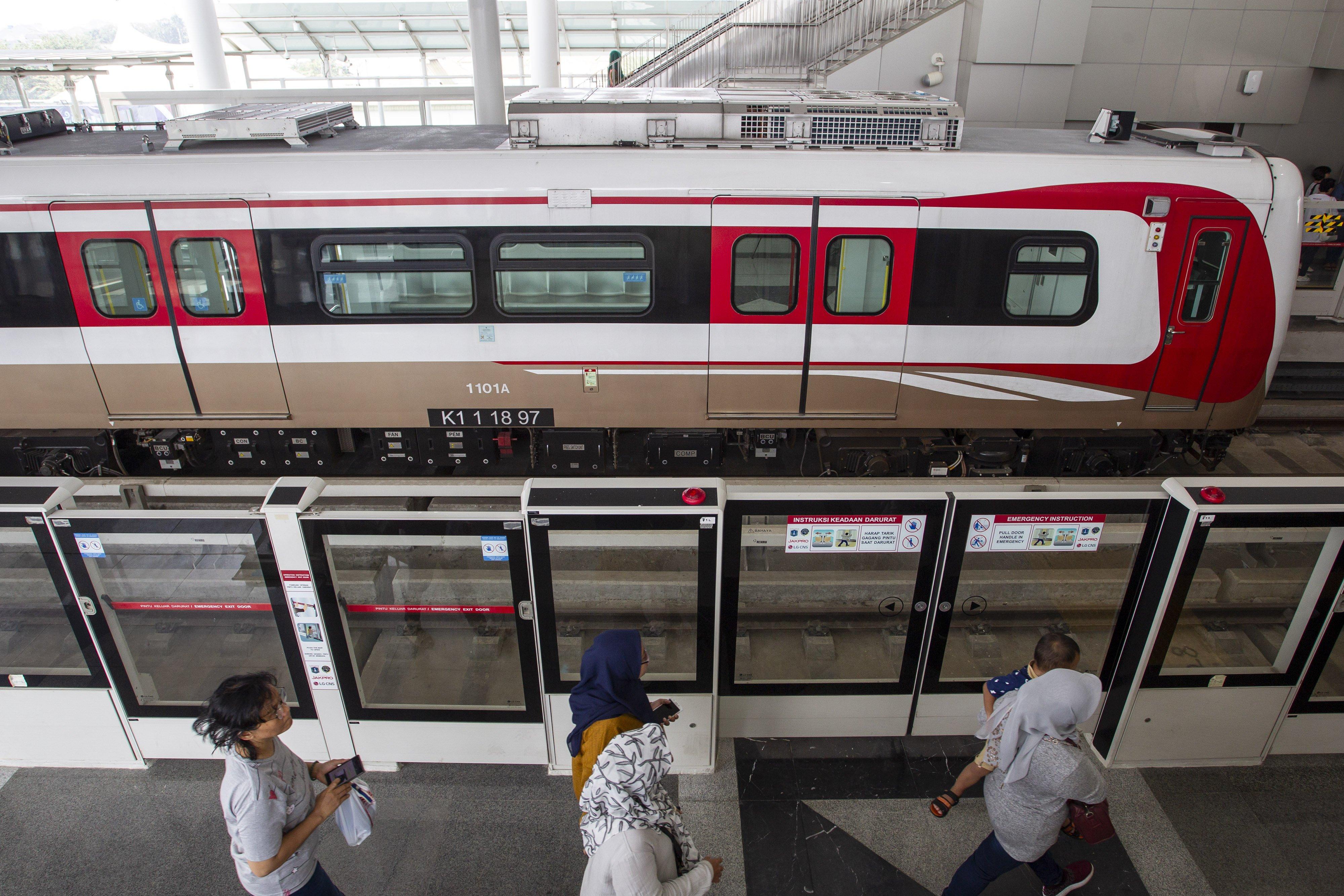 Masyarakat bersiap mencoba kereta Light Rail Transit (LRT) saat uji publik di Stasiun Boulevard Utara, Kelapa Gading, Jakarta, Selasa (11/6/2019).