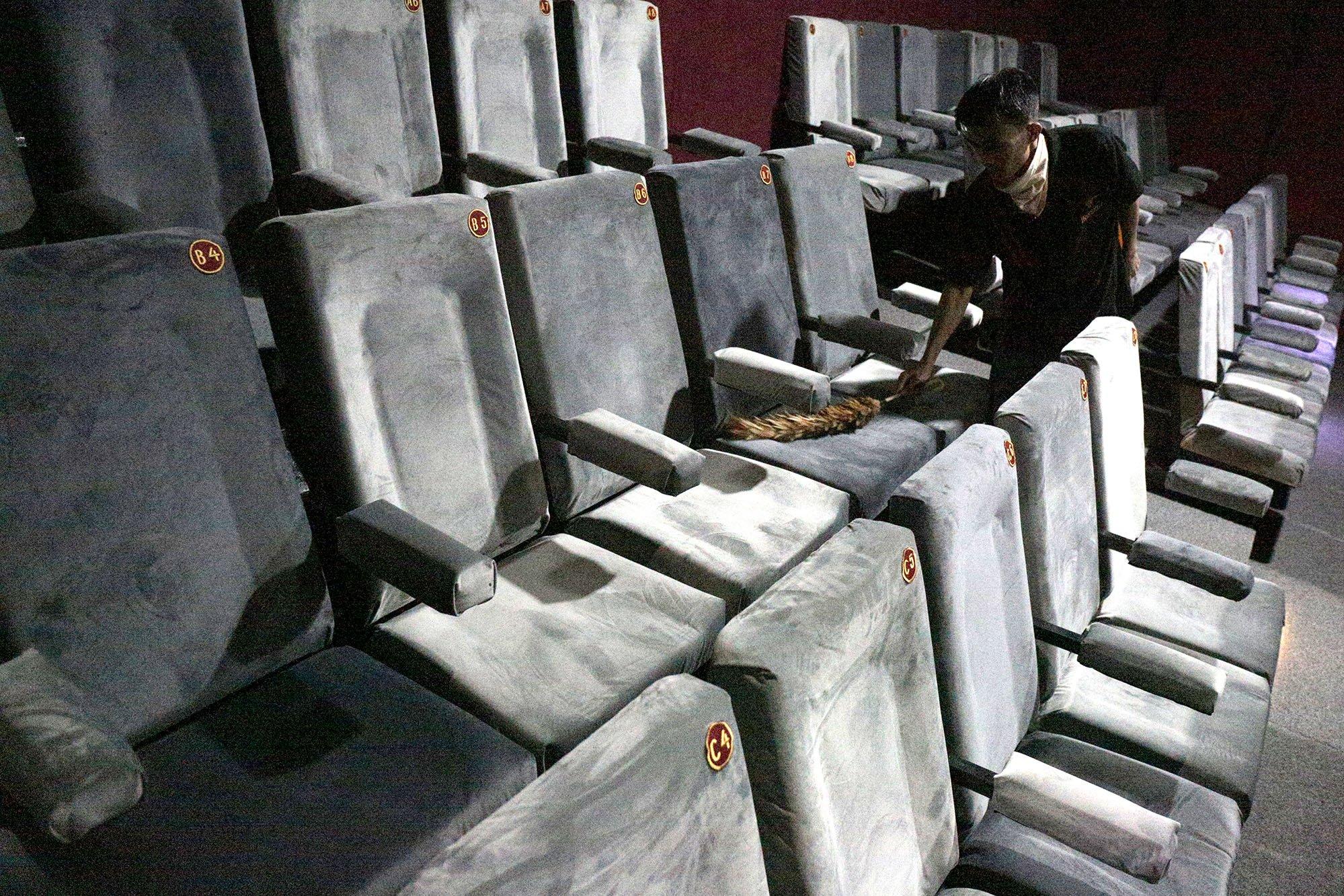 Seorang pekerja membersihkan kursi di Indiskop atau Bioskop Rakyat yang di dalam Pasar Jaya Teluk Gong, Penjaringan, Jakarta Utara, Selasa (2/7/2019). Bioskop rakyat yang khusus menayangkan film-film Indonesia ini memiliki 2 studio dengan kapasitas masing-masing 128 kursi penonton, 6 speaker, 1 proyektor layar, dan 3 pendingin ruangan. Dalam masa uji coba ini, warga yang ingin menjajal bioskop rakyat ini cukup merogoh kocek Rp. 15.000 untuk dewasa dan Rp. 5.000 untuk anak kecil.