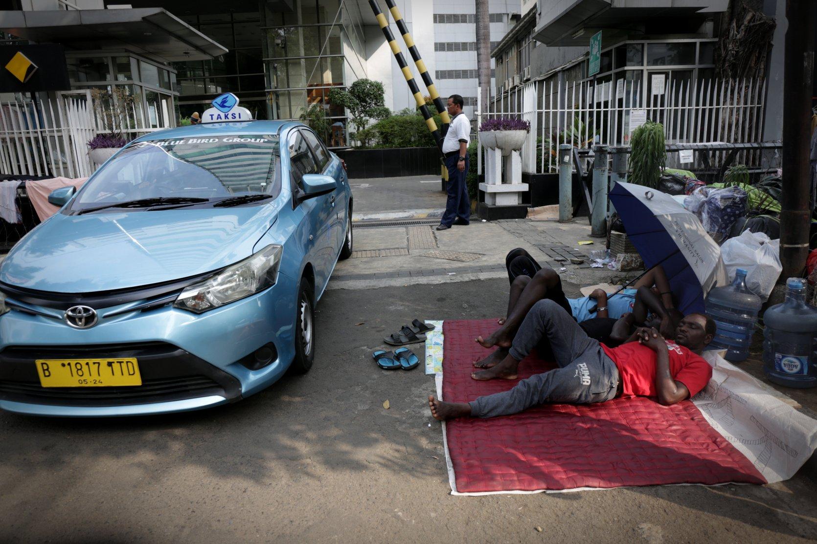 Para pencari suaka tidur di trotoar depan Menara Ravindo, Jalan Kebon Sirih, Jakarta, Rabu (3/7/2019). Para pencari suaka asal Somalia, Sudan dan Afganistan tersebut menetap di trotoar karena tak lagi memiliki uang untuk menyewa tempat tinggal dan ingin meminta pertolongan kepada United Nations High Commissioner for Refugees (UNHCR).