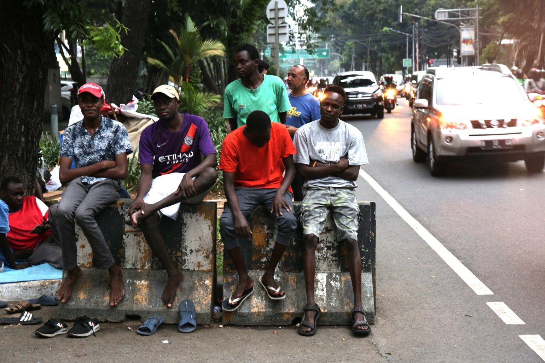Warga negara Afghanistan, Suban dan Somalia yang mencari suaka ke Indonesia berniat tetap tinggal di trotoar Kebon Sirih, Jakarta Pusat. Mereka akan menetap hingga mendapatkan kepastian perlindungan dari Komisioner Tinggi PBB untuk Pengungsi atau United Nations High Commissioner for Refugees (UNHCR).