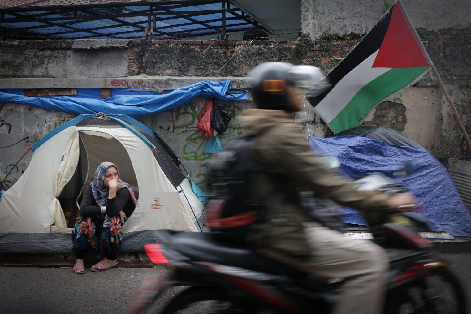 Pencari suaka atau pengungsi yang berasal dari Somalia, Sudan, Yaman, dan Afganistan membangun tenda-tenda dan meminta tempat tinggal serta suplai makanan di Kantor Badan PBB Untuk Pengungsi (UNHCR).