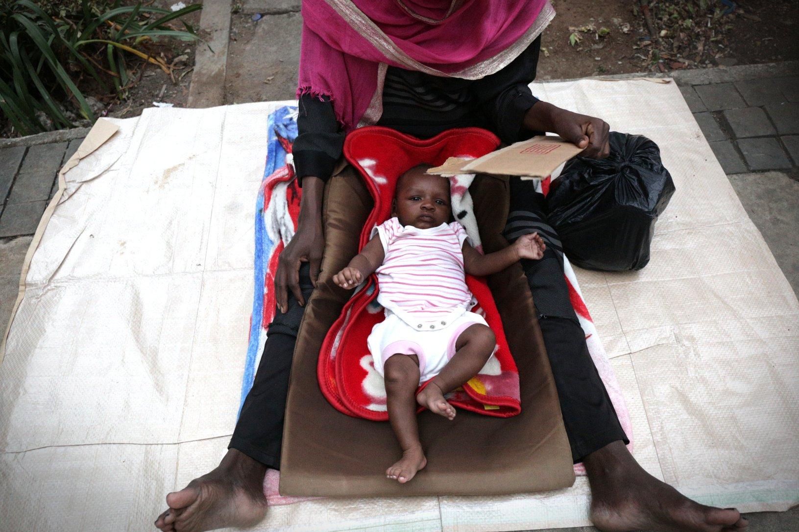 Pencari suaka atau pengungsi yang berasal dari Somalia, Sudan, Yaman, dan Afganistan itu membangun tenda-tenda dan meminta tempat tinggal serta suplai makanan di Kantor Badan PBB Untuk Pengungsi (UNHCR).
