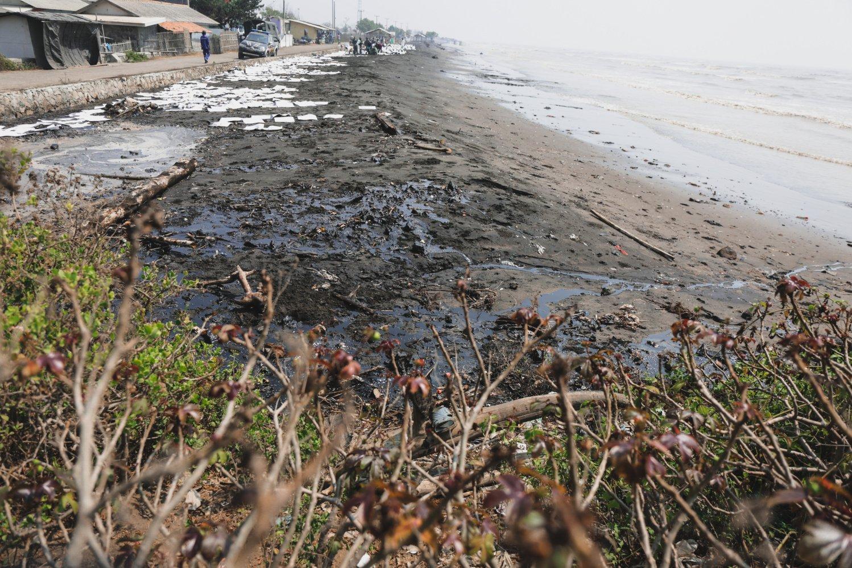 Limbah tumpahan minyak milik Pertamina terserak di Pesisir Pantai Cemarajaya, Karawang, Jawa Barat, Jumat (2/8/2019).