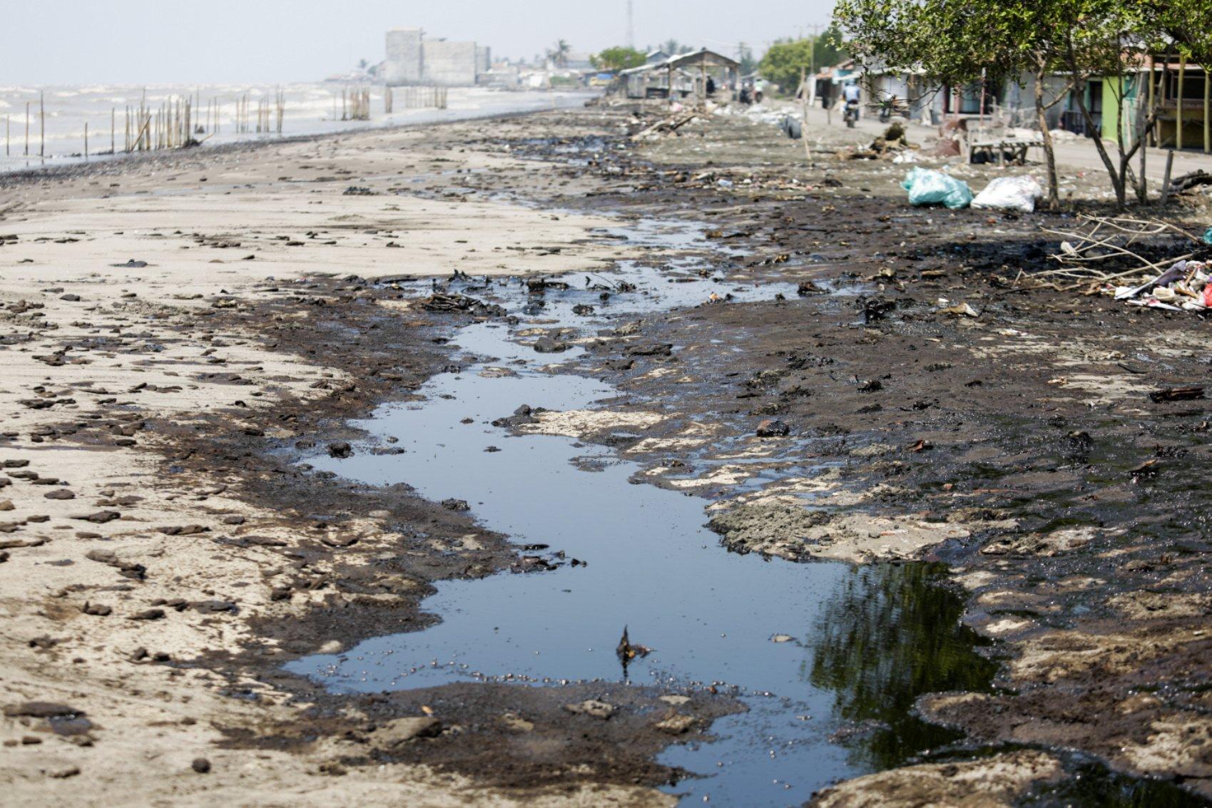 Tumpahan minyak milik Pertamina terserak di Pesisir Pantai Cemarajaya, Karawang, Jawa Barat, Jumat (2/8/2019). Pasir yang tercemar minyak tersebut dikumpulkan untuk dipindahkan ke pabrik penyimpanan limbah Bahan Berbahaya dan Beracun (B3).