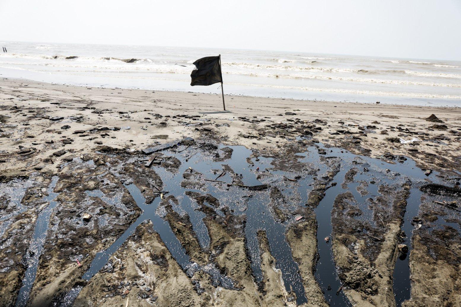 Minyak mentah Pertamina menyebar di Pesisir Pantai Cemarajaya, Karawang, Jawa Barat, Jumat (2/8/2019).