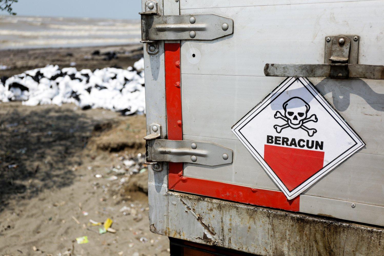 Tumpukan hasil pengangkatan tumpahan minyak milik Pertamina di Pesisir Pantai Cemarajaya, Karawang, Jawa Barat, Jumat (2/8/2019). Pasir yang tercemar minyak tersebut dikumpulkan untuk dipindahkan ke pabrik penyimpanan limbah Bahan Berbahaya dan Beracun (B3).