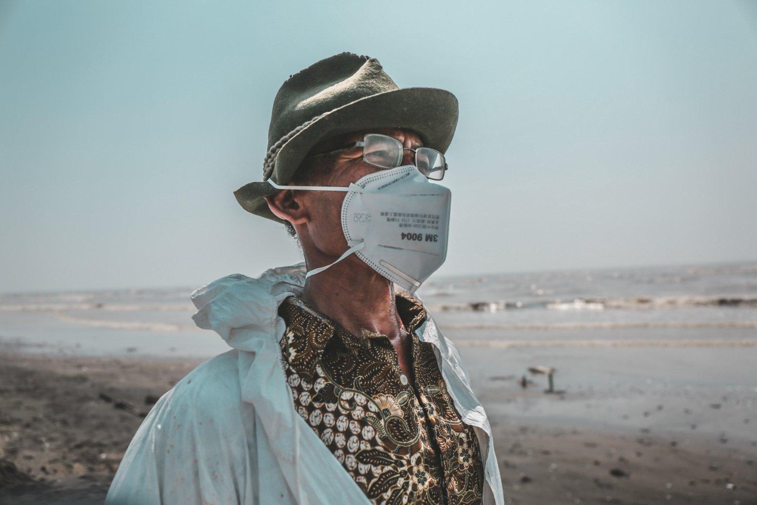 Sebenarnya, Hidayat seorang nelayan. Lelaki 58 tahun ini beralih pekerjaan sebagai pengumpul tumpahan minyak oil spill milik Pertamina di Pesisir Pantai Cemarajaya, Karawang, Jawa Barat, Jumat (2/8/2019). Dia dibayar Rp 100 ribu dan satu bungkus nasi per hari.