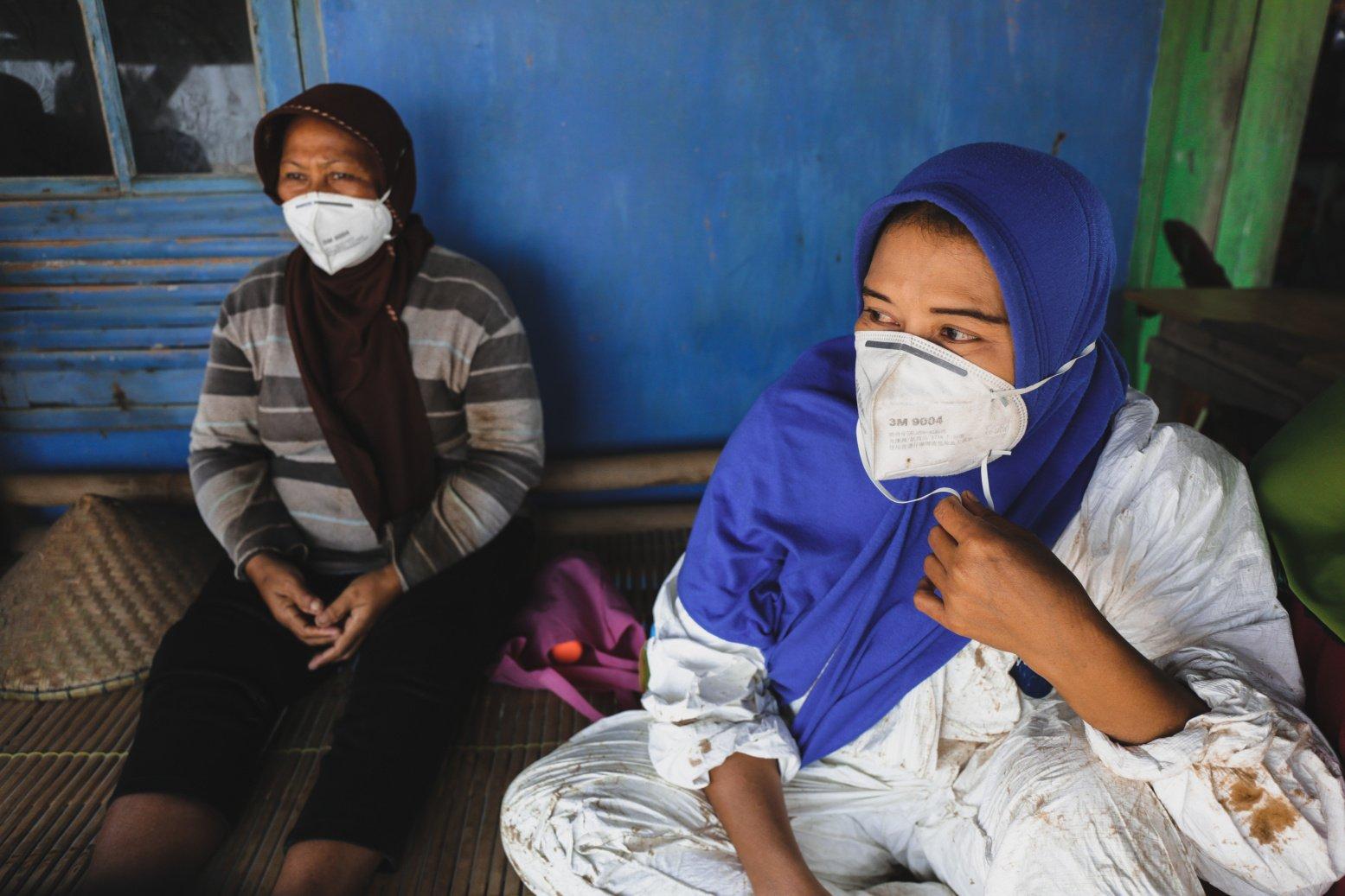 Warga menggunakan masker karena bau limbah tumpahan minyak milik Pertamina yang tersebar di pesisir Pantai Cemarajaya, Karawang, Jawa Barat, Jumat (2/8/2019).