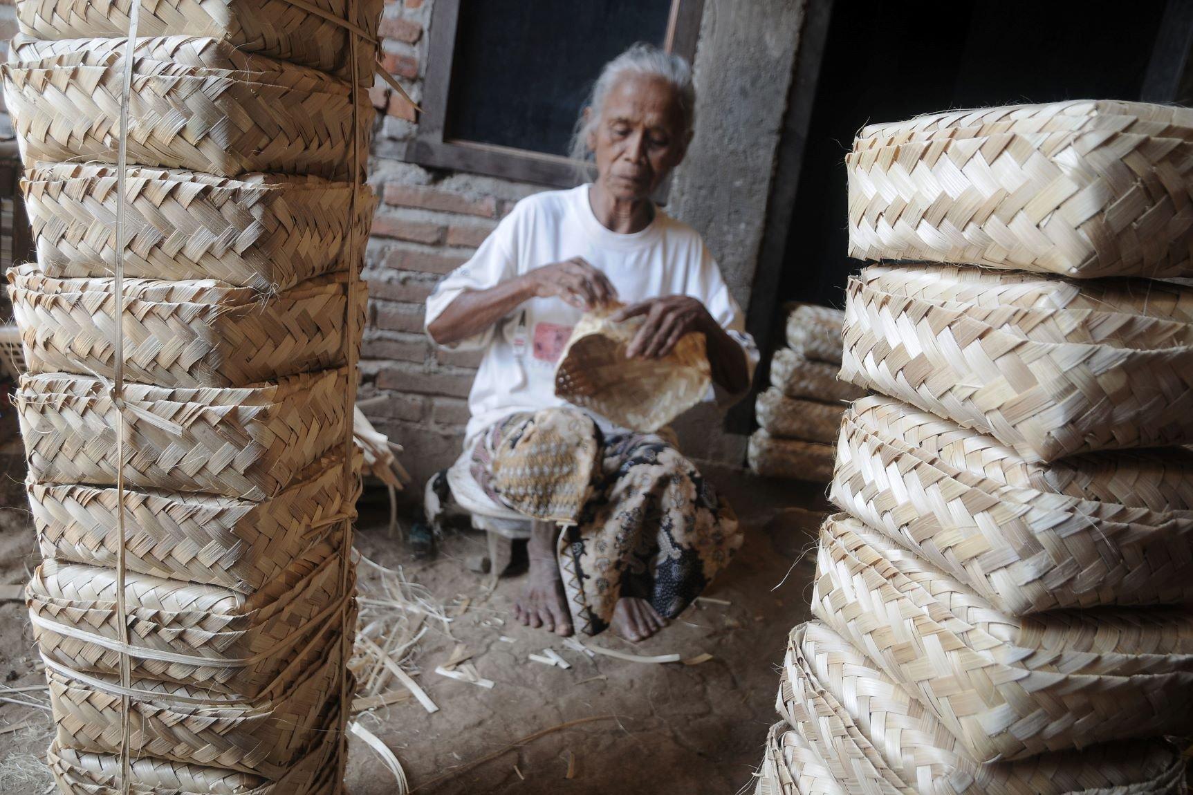 Kerajinan Besek Bambu