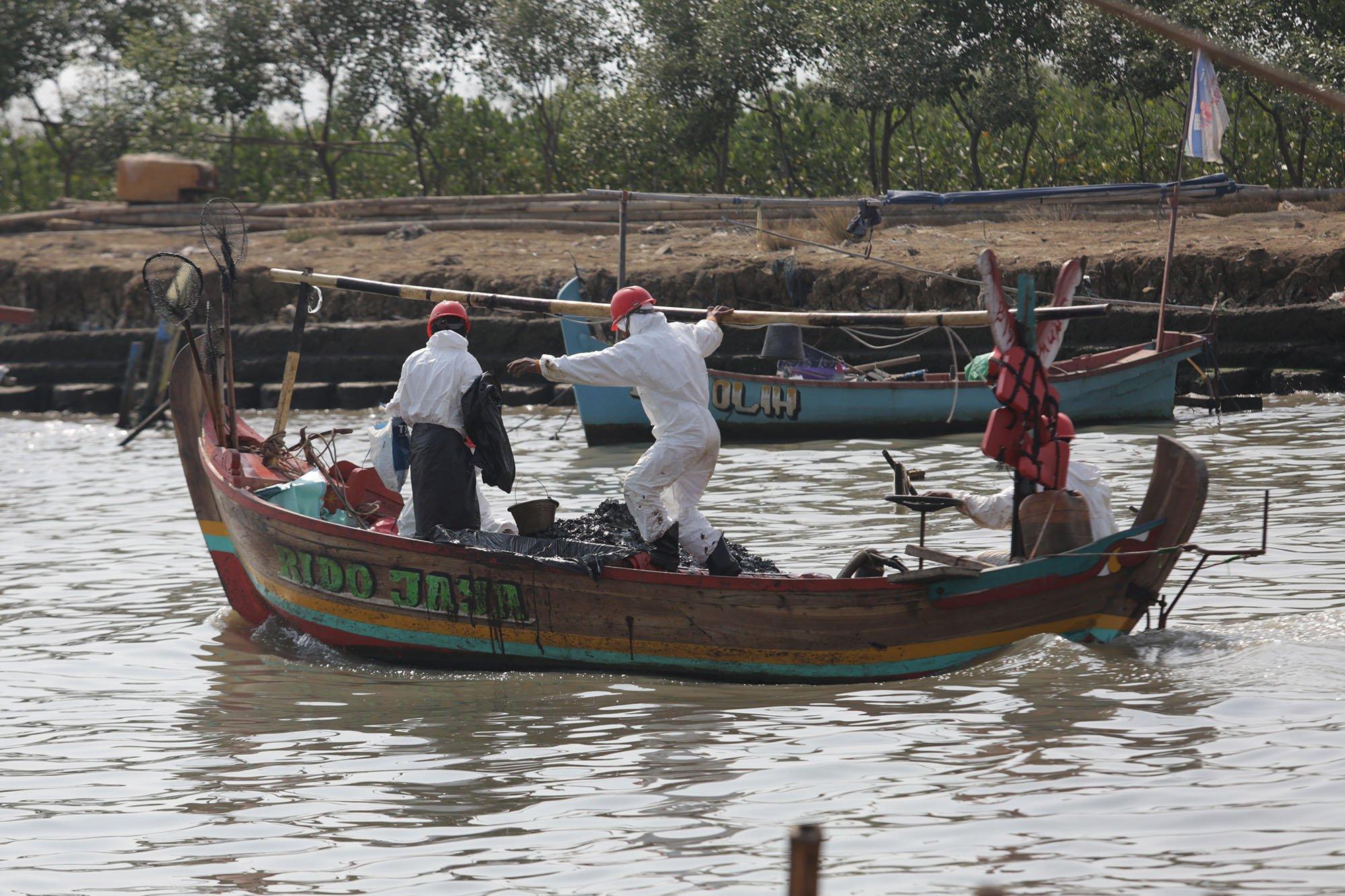 Sejumlah nelayan usai mengambil tumpahan minyak ONWJ di laut, Pasir Putih, Karawang (20/8).