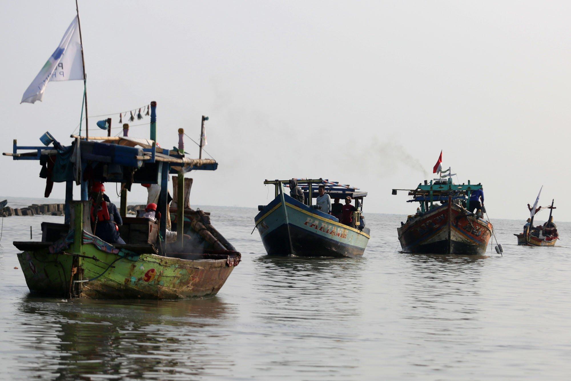 Sejumlah nelayan usai mengambil oli di laut, Pasir Putih, Karawang (20/8).