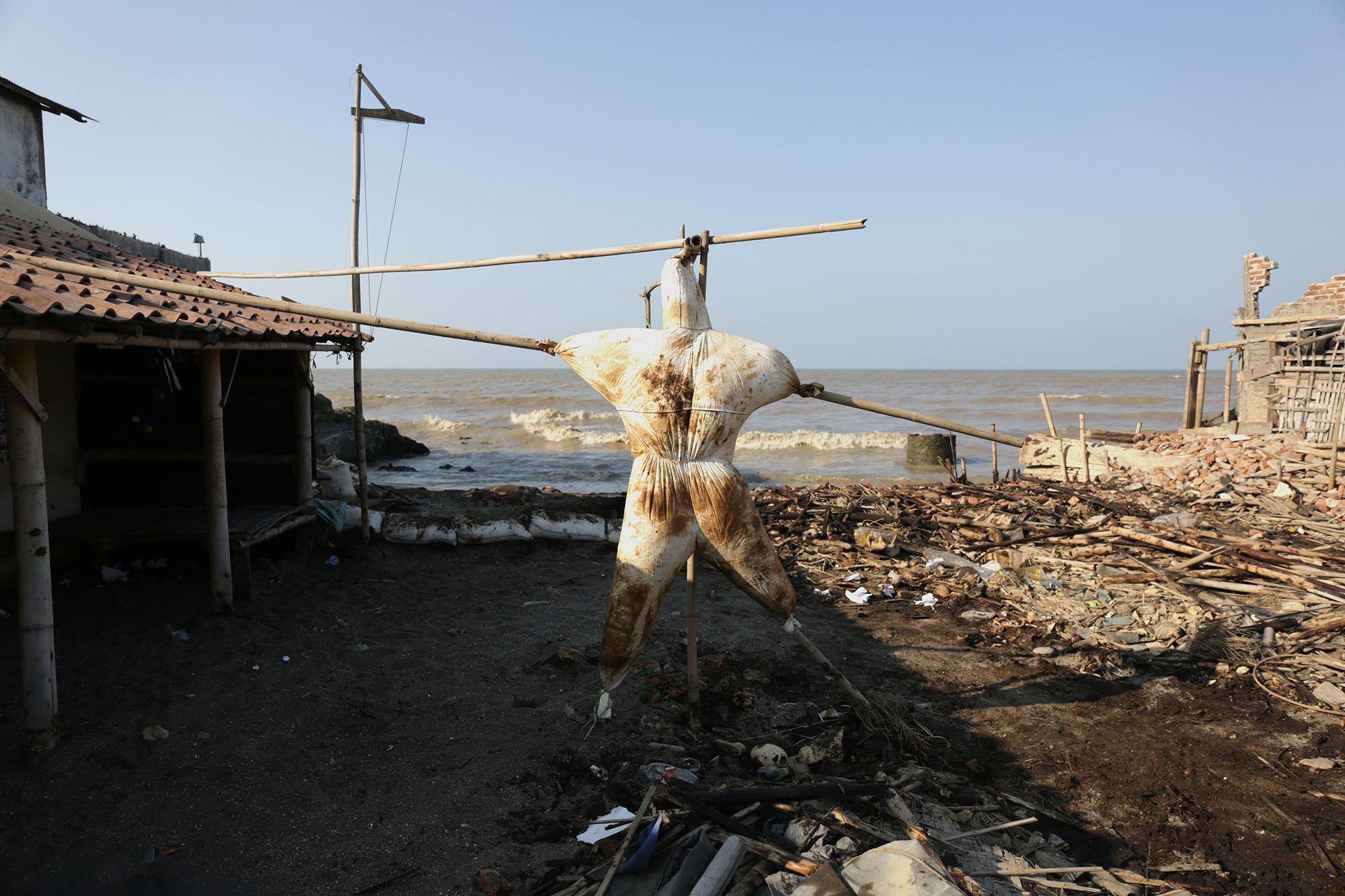 Baju nelayan yang digunakan untuk mengambil tumpahan minyak ONWJ, Cempaka Jaya, Karawang, Jawa Barat (19/8).