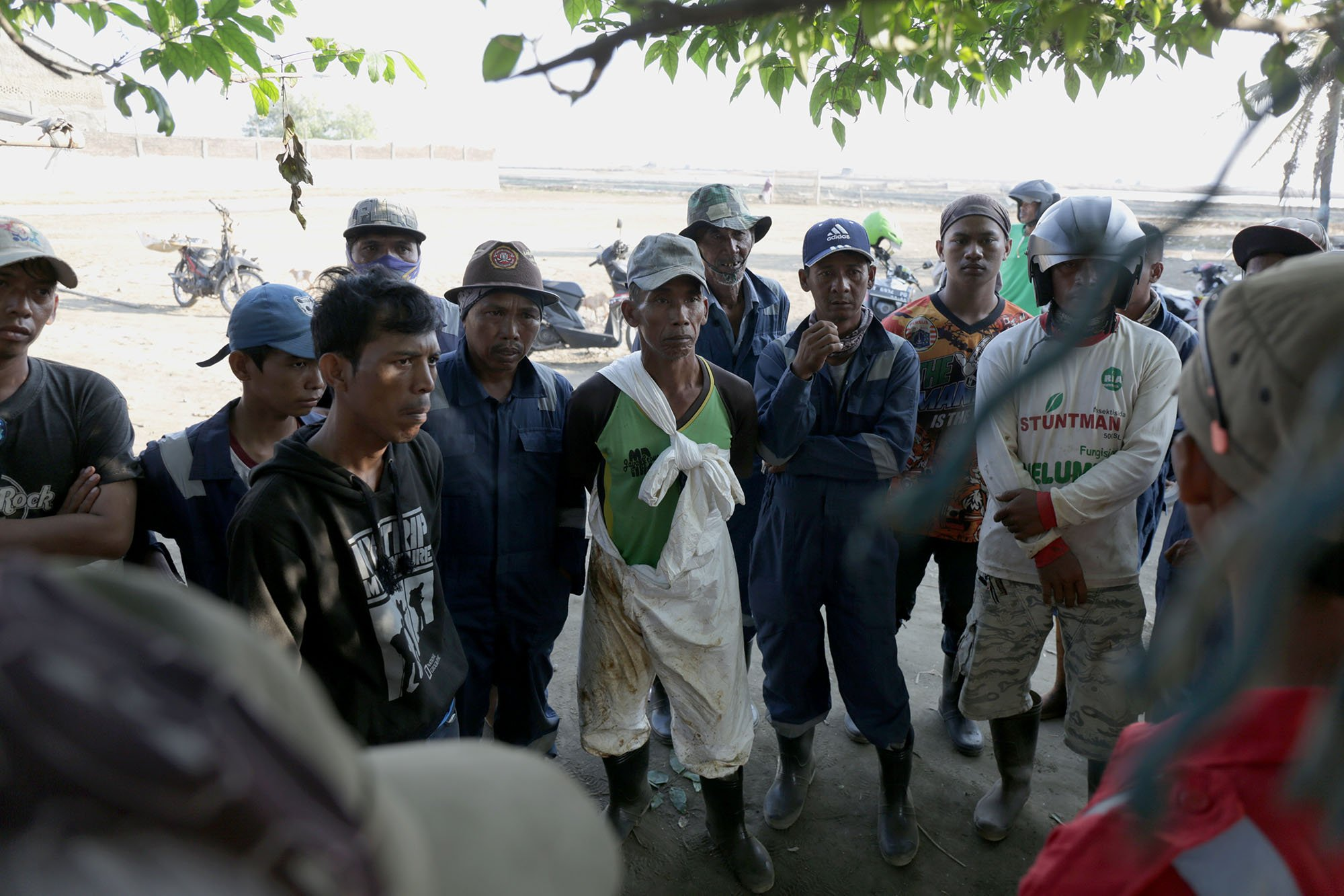 Sejumlah nelayan berkumpul seusai mengambil pasir yang tercemar tumpahan minyak Pertamina ONWJ di pinggir Pantai Cemparajaya, Karawang, Jawa Barat (19/8).