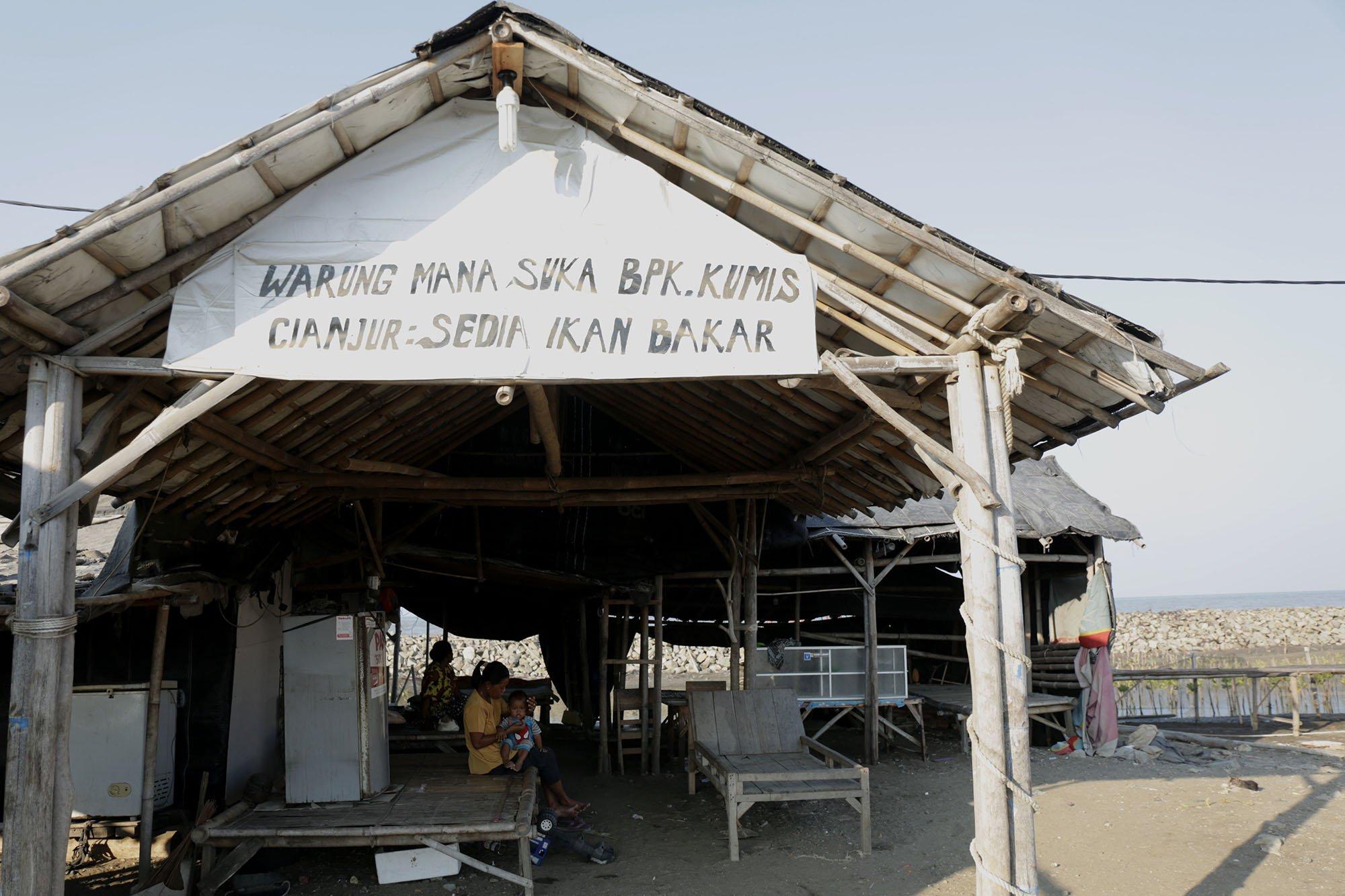 Rumah makan yang sudah tidak aktif lagi karena terdampak tumpahan minyak Pertamina ONWJ di Pantai Cemarajaya, Karawang, Jawa Barat (19/8).