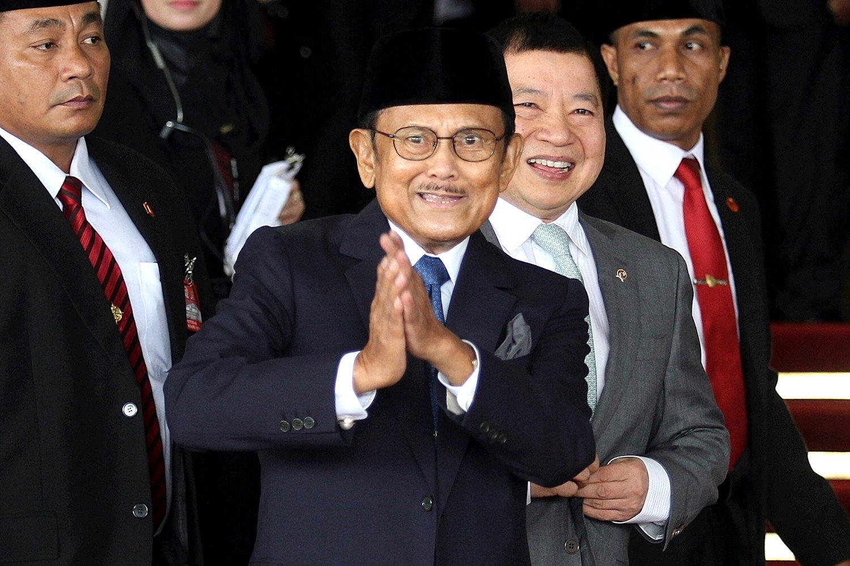 Mantan Presiden BJ Habibie menyapa awak media sebelum menghadiri pembukaan Sidang Tahunan MPR Tahun 2016 di Jakarta, Selasa, (16/08).