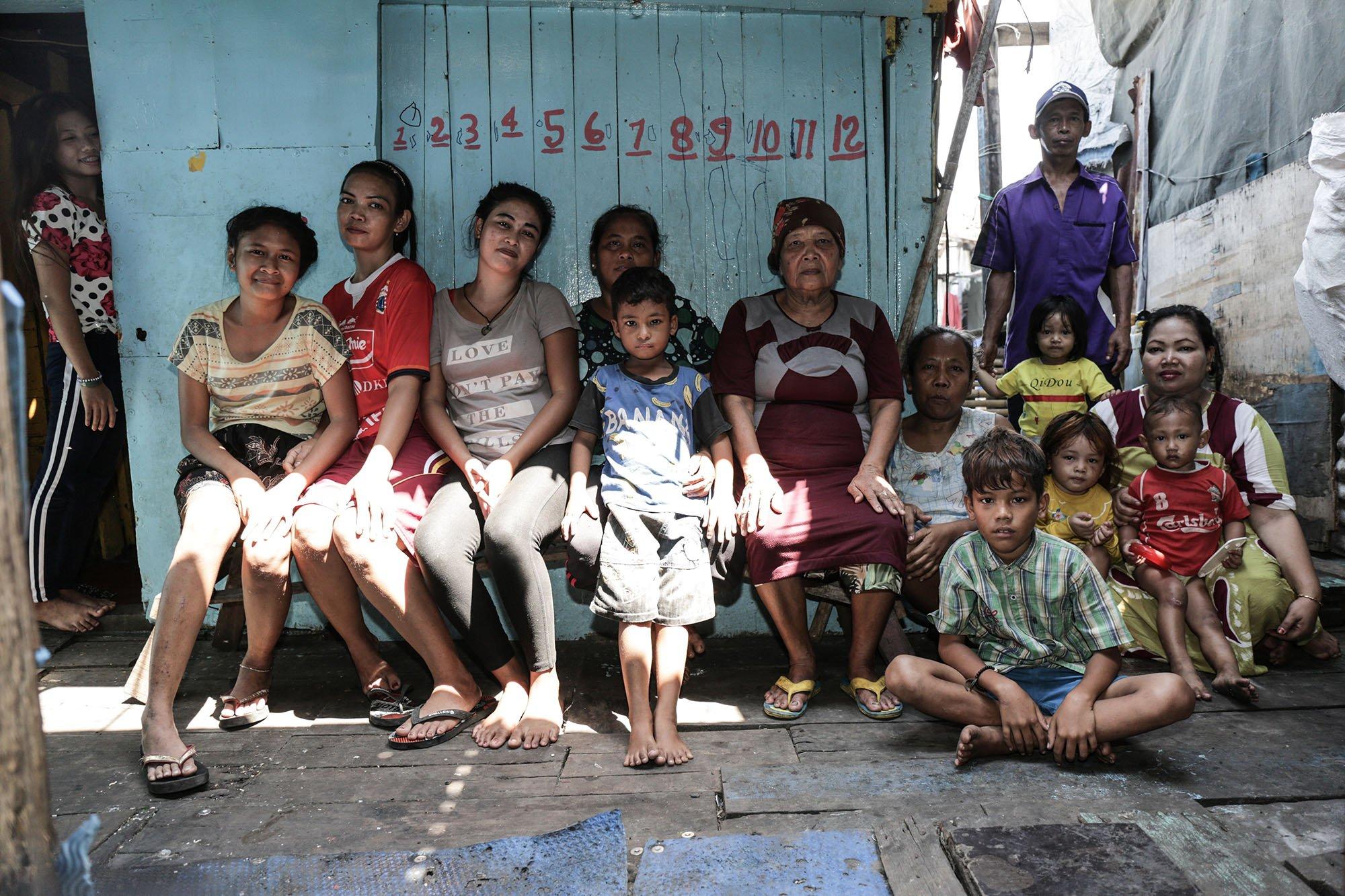 Wahyu (48) beserta keluarganya di Kampung Muara Baru, Jakarta Utara (11/9).