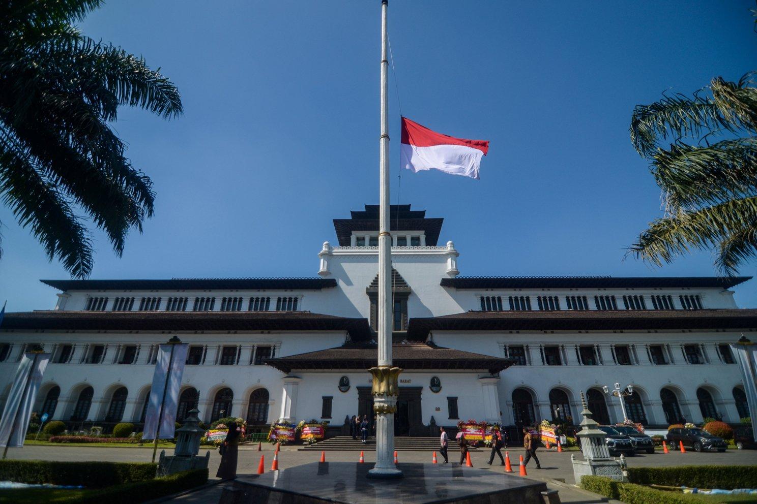 Bendera Merah Putih setengah tiang berkibar di Gedung Sate, Bandung, Jawa Barat, Kamis (12/9/2019).Pengibaran bendera setengah tiang tersebut dilakukan sebagai Hari Berkabung Nasional selama tiga hari ke depan untuk menghormati almarhum Presiden ke-3 Republik Indonesia BJ Habibie yang meninggal dunia pada hari Rabu (11/9/2019).