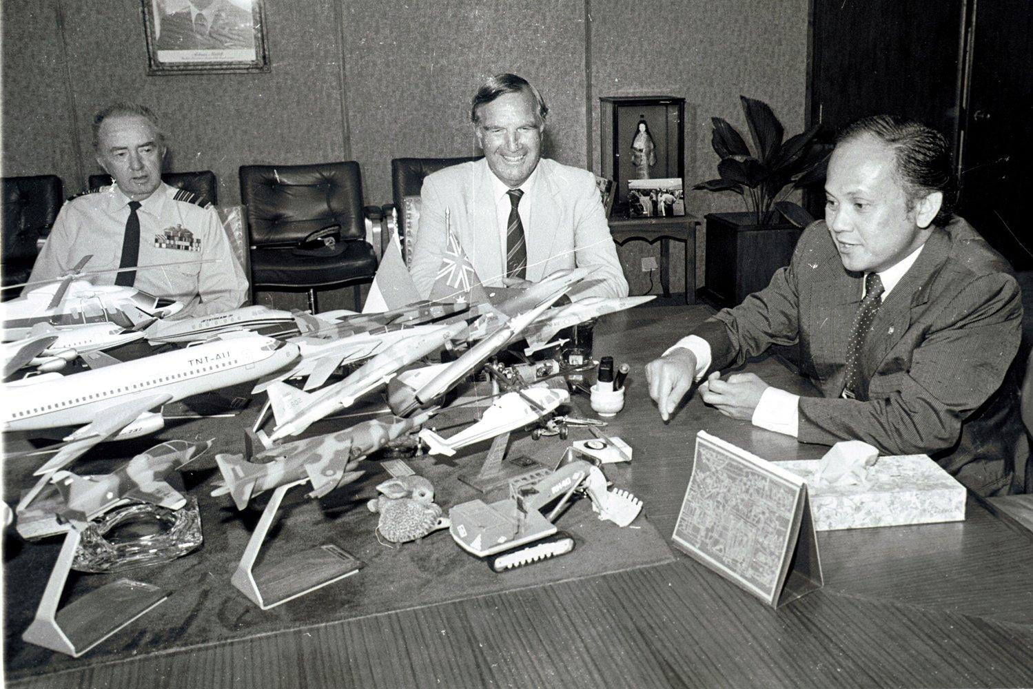 FOTO DOKUMENTASI. Menteri negara Riset dan Tekonologi Prof.Dr.B.J. habibie (kanan) menjelaskan model pesawat terbang dari berbagai jenis dalam suatu pertemuan dengan Menteri Pertahanan Australia Ian Sinclair (tengah) di ruang kerja Menristek di Gedung BPP Teknologi Jakarta, Selasa (14/01/1983).